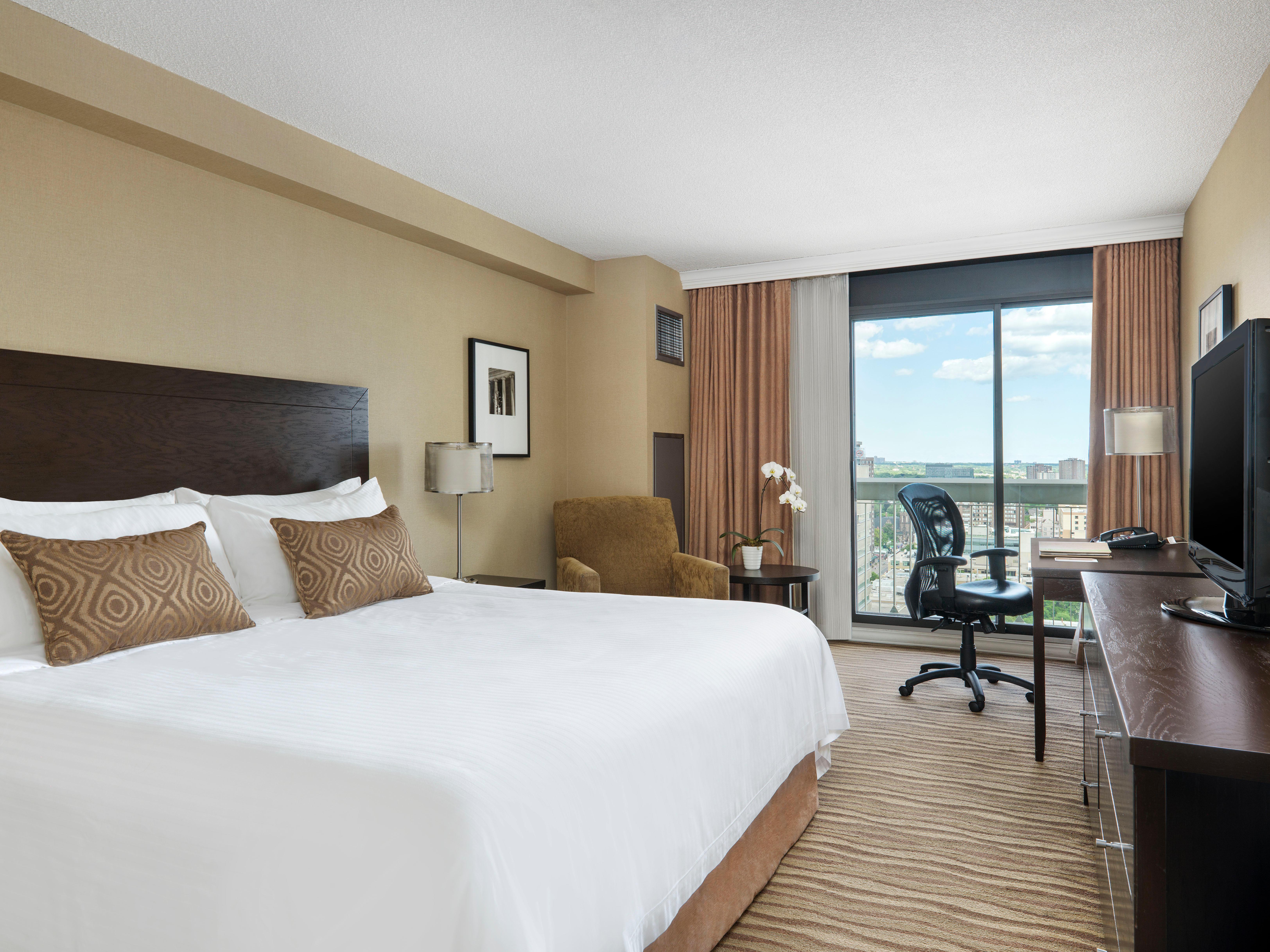 CHELSEA HOTEL, TORONTO in Toronto: Deluxe King Room
