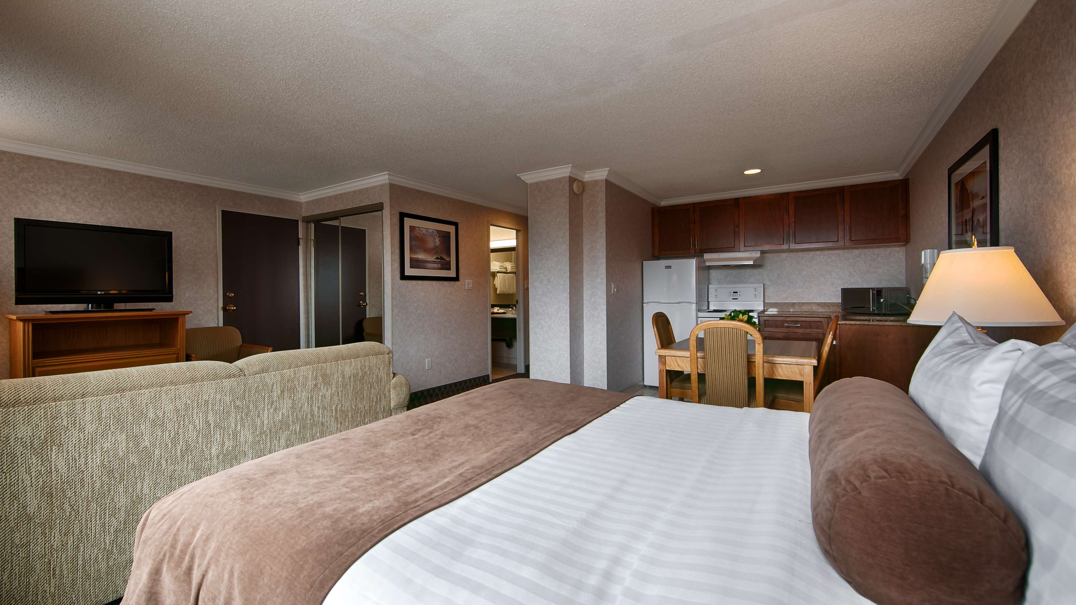 Best Western Plus Carlton Plaza Hotel in Victoria: Studio Queen Room