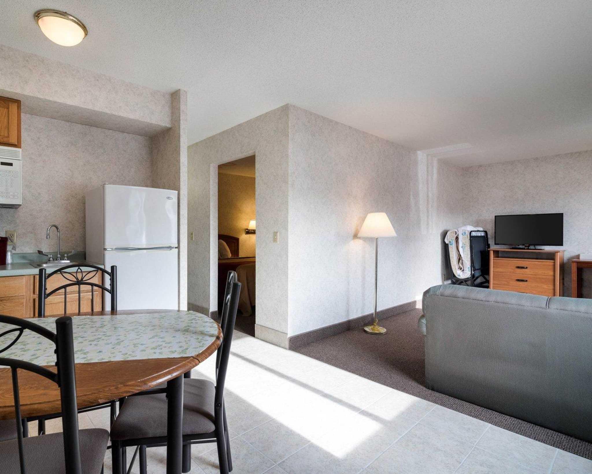 Econo Lodge Inn & Suites image 9