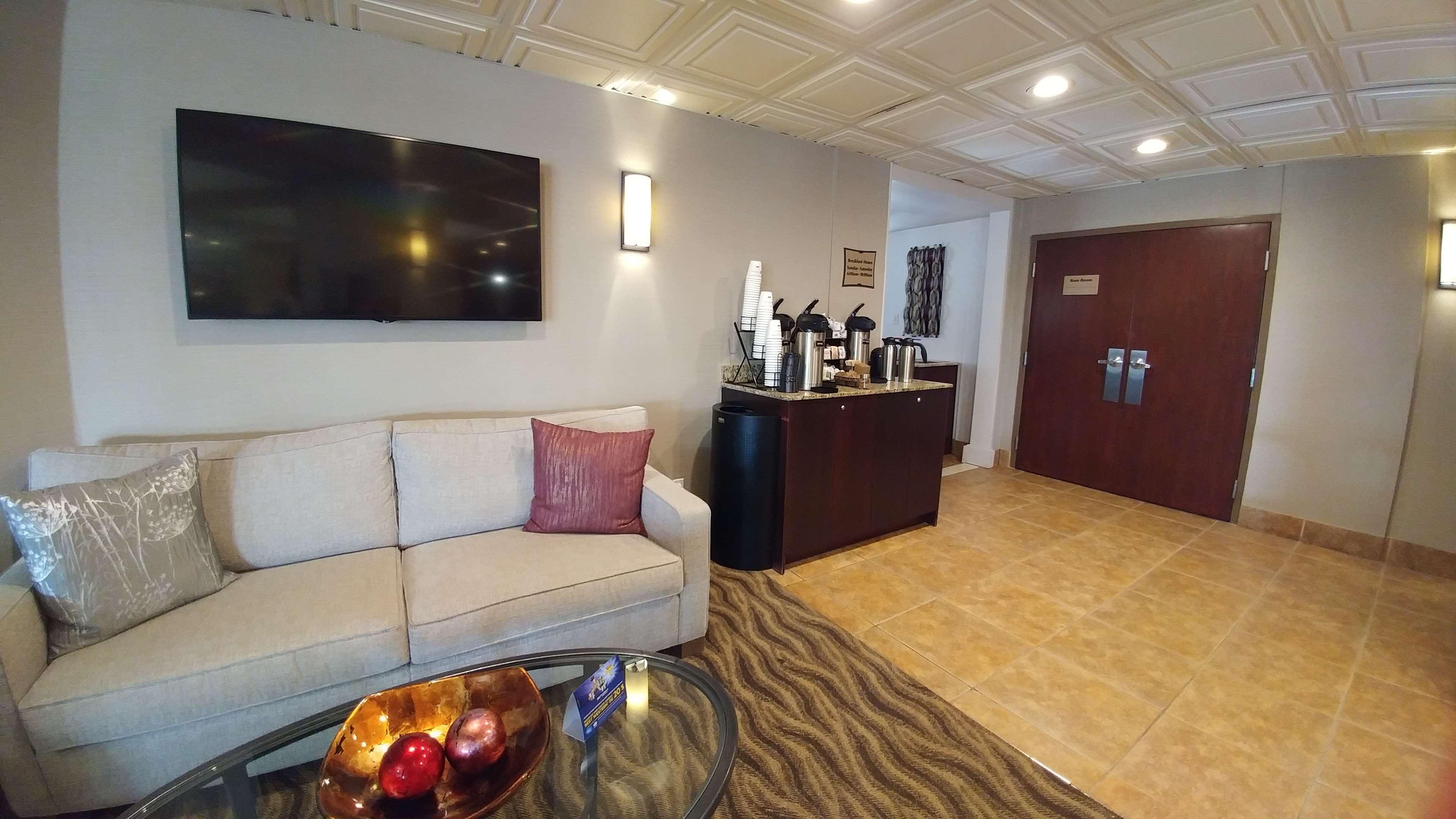 Best Western Plus Rose City Suites in Welland: Coffee Sitting Area