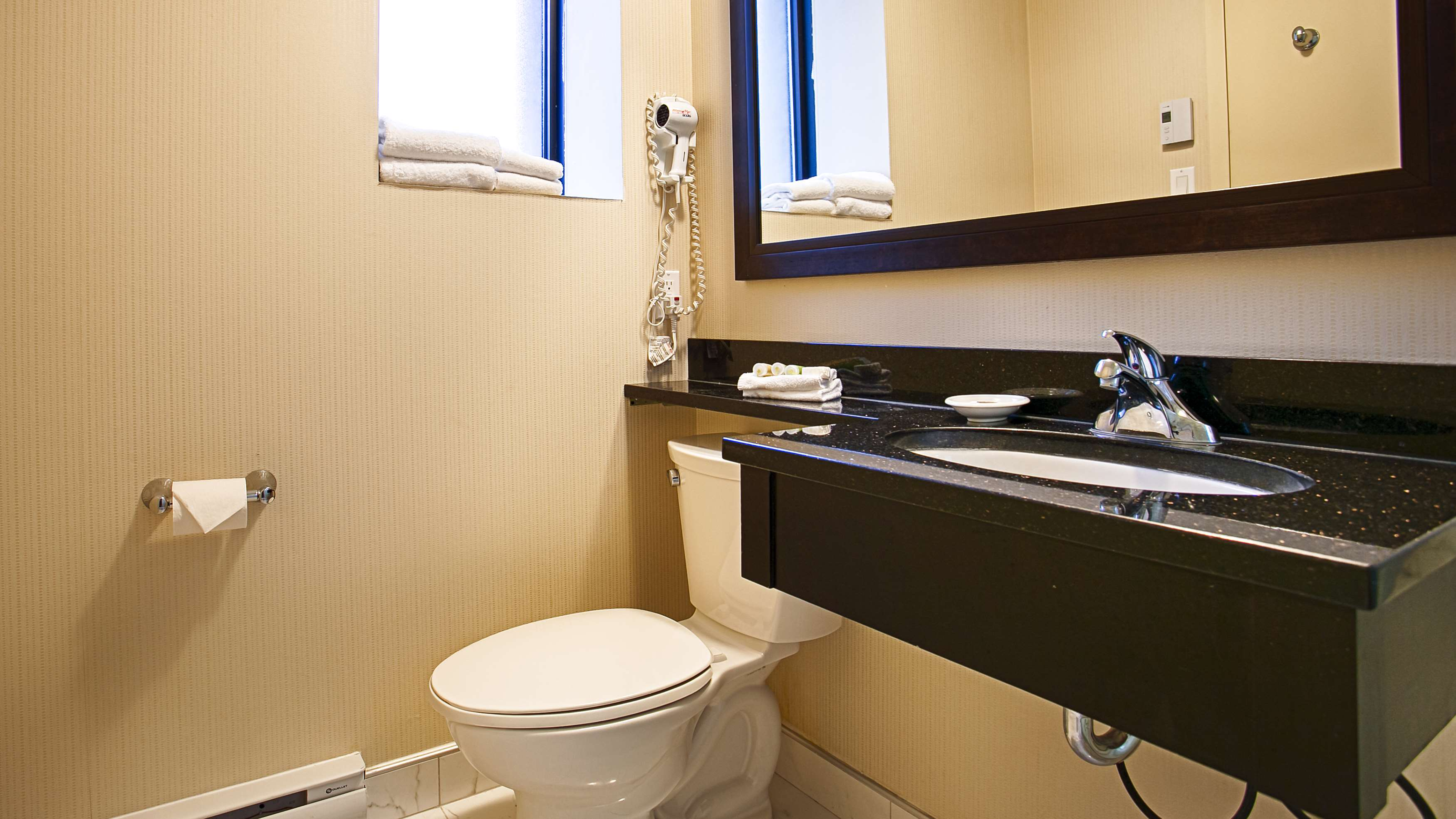 Best Western Plus Montreal Downtown-Hotel Europa à Montreal: Guest Bathroom