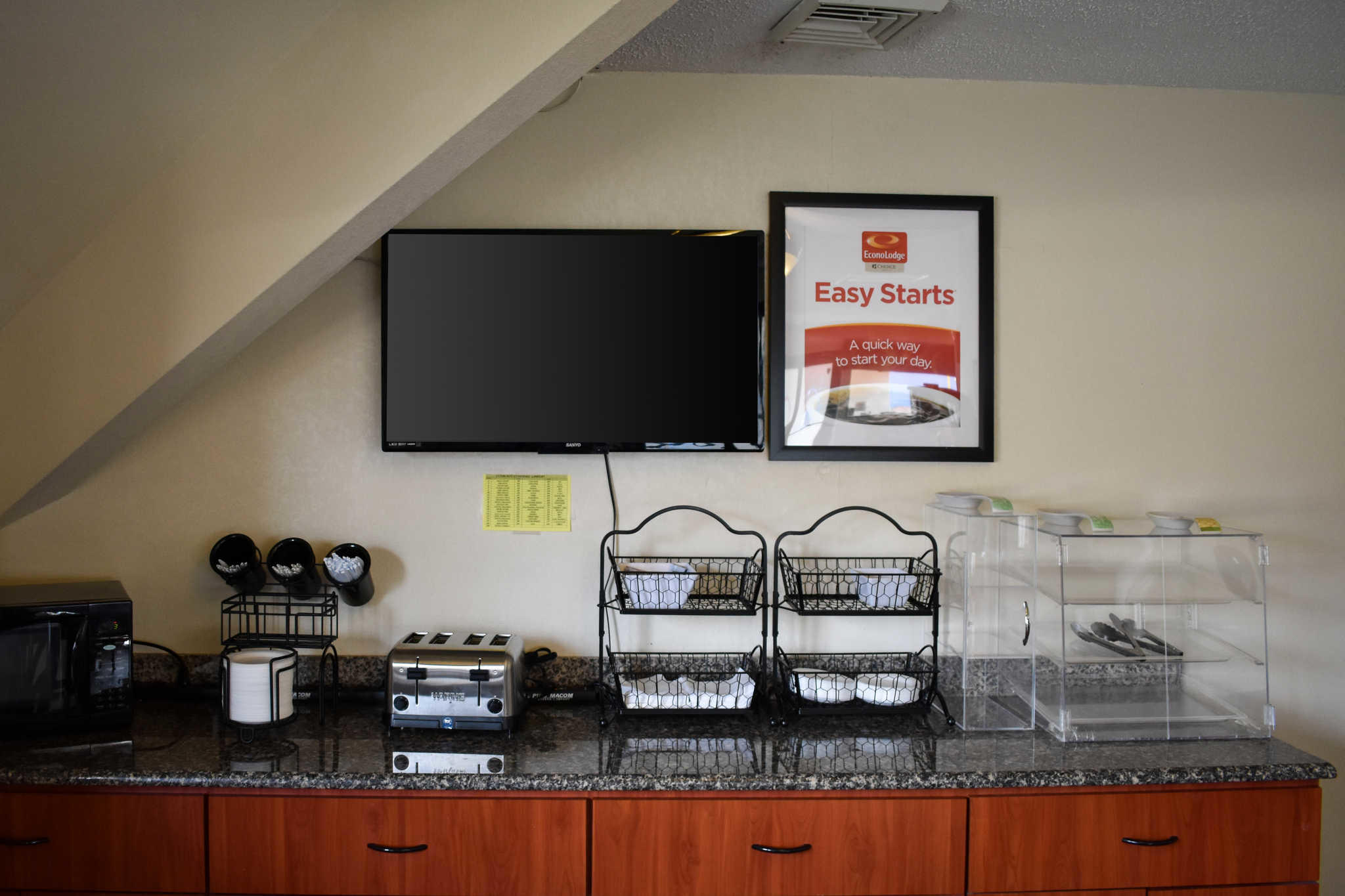 Econo Lodge Inn & Suites - Closed image 25