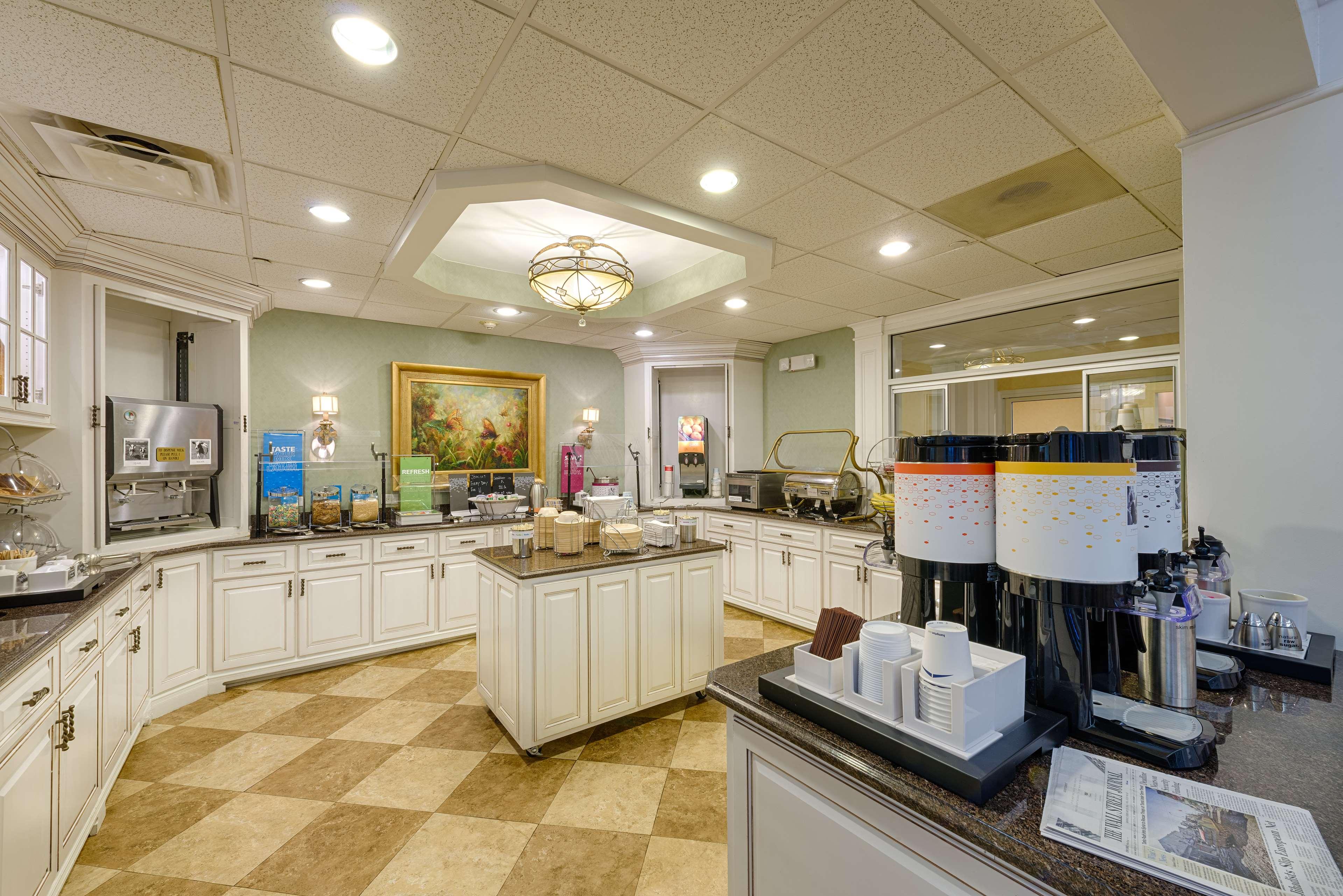 Hampton Inn & Suites Charlotte/South Park at Phillips Place image 11