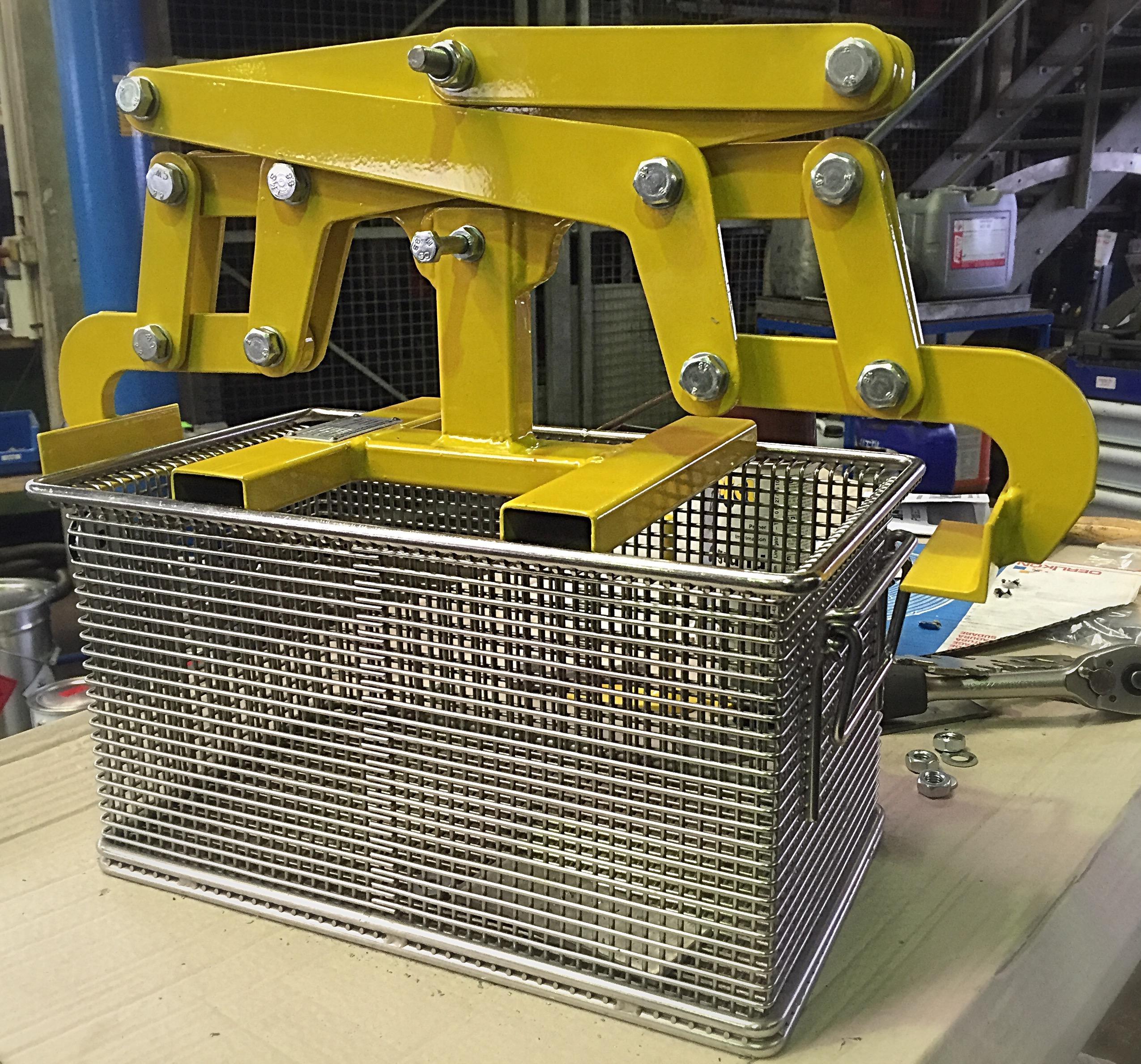 Kistengreifer, in vielen Produktionsabläufen ein unabdingbares Hilfsmittel. Wir fertigen nach Ihren Produktionsanforderungen.
