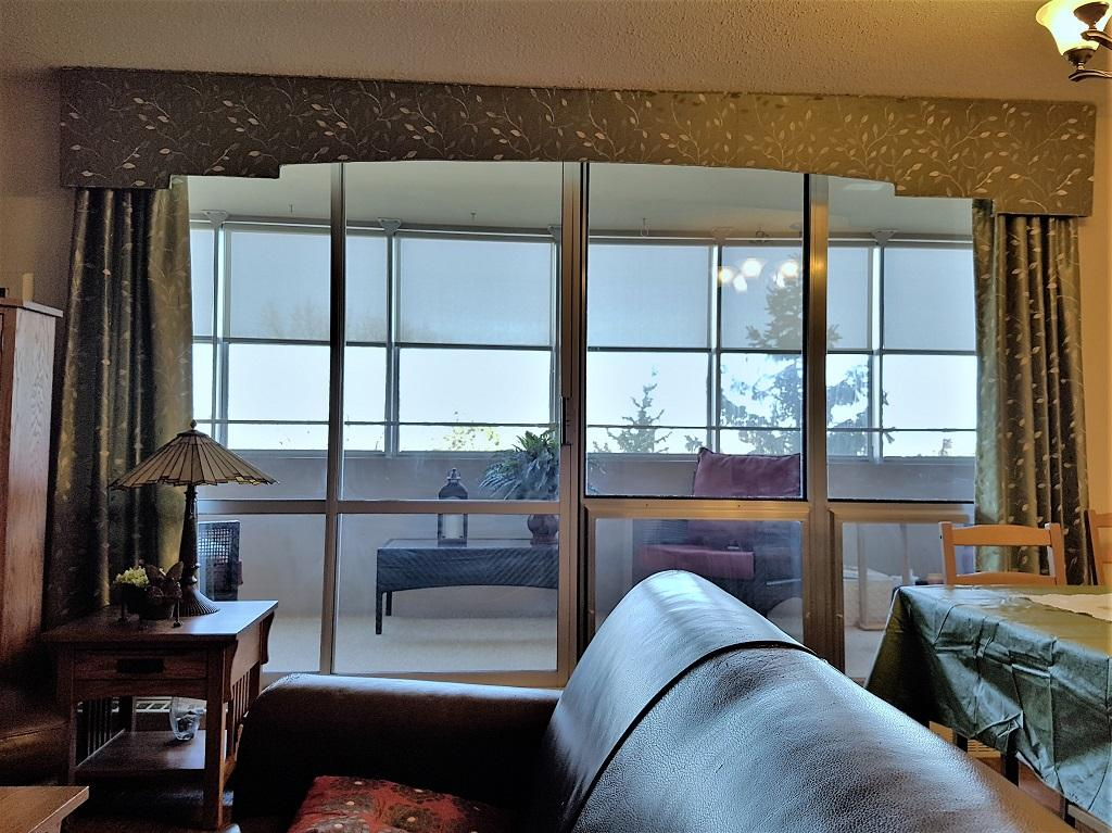 Budget Blinds à Waterloo: This Waterloo resident recently moved into a condo and wanted to make it feel more 'like home'.  We found a fabric that she fell in love with and used it on both the cornice and decorative side panels shown. Home Sweet Home!