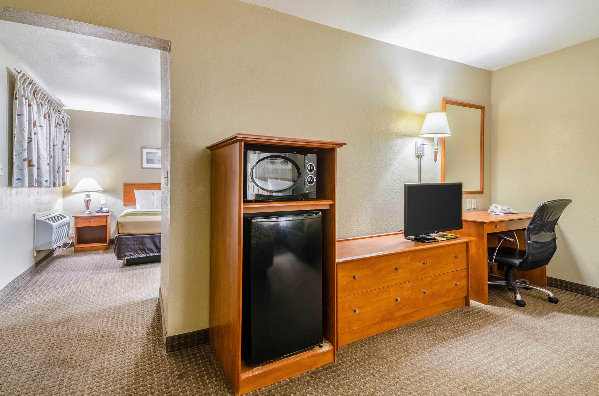 Econo Lodge  Inn & Suites I-35 at Shawnee Mission image 30