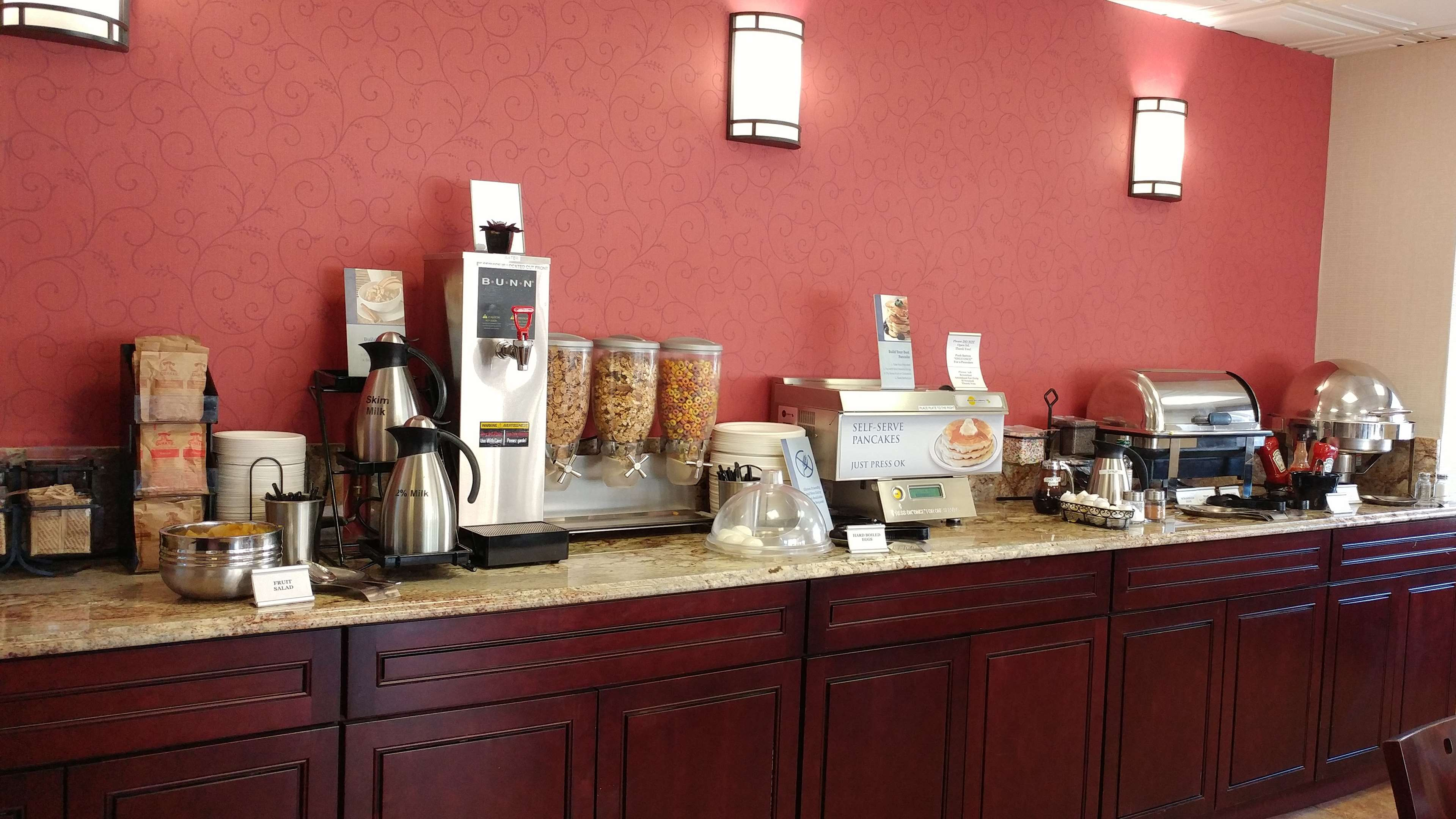 Best Western Plus Rose City Suites in Welland: Breakfast Bar