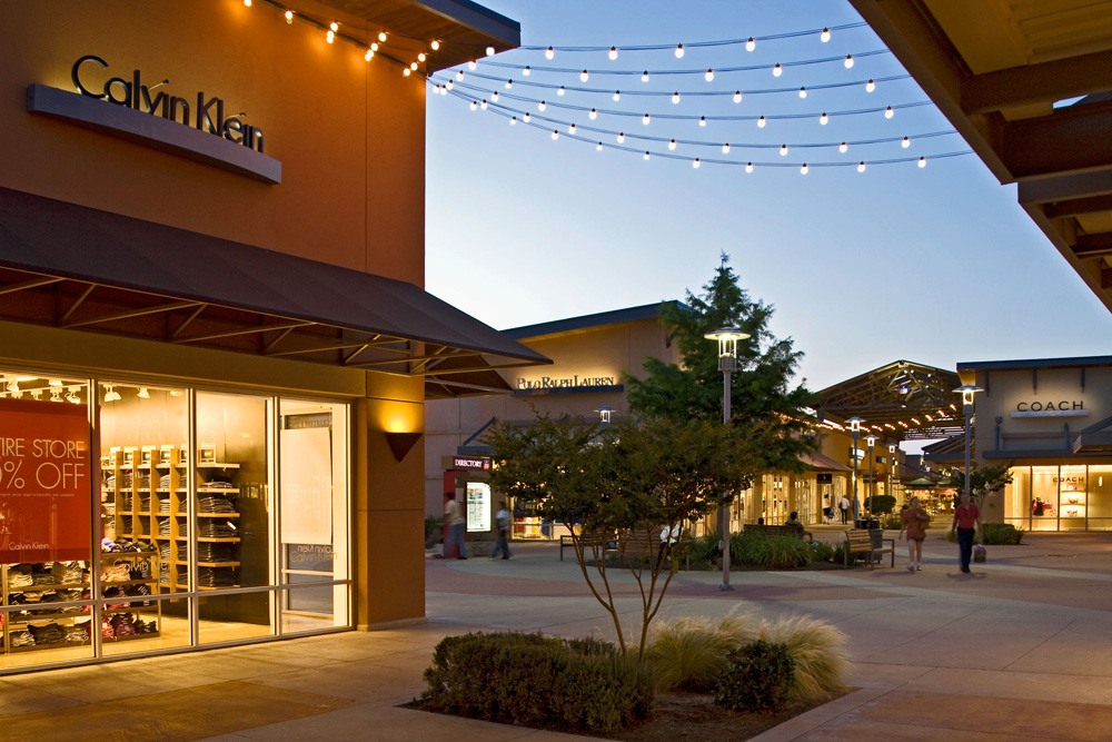 Round Rock Premium Outlets is a family friendly outdoor mall located off I in Round Rock, TX. This beautiful open air mall is home to stores including Banana Republic, Nike, Michael Kors, JCrew, and Polo Ralph Lauren.