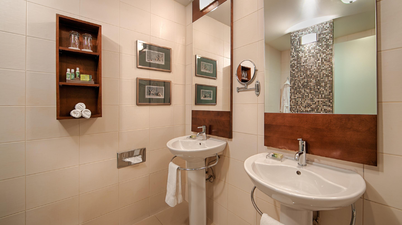 Best Western Plus Hotel Albert Rouyn-Noranda à Rouyn-Noranda: Guest Bathroom