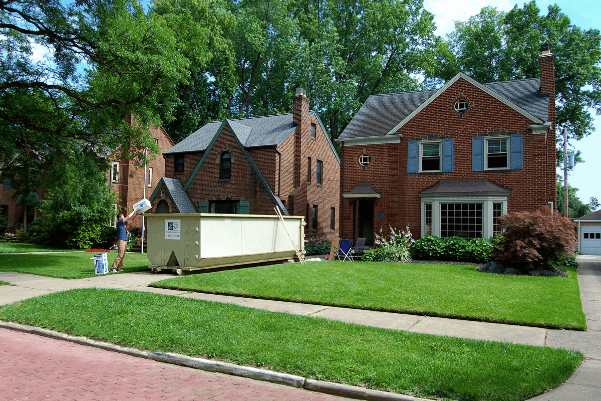 Residential roll off dumpsters are great for household cleanouts or clean-ups, yard debris removal and general junk removal. Household trash dumpsters can be filled with all types of furniture, carpet
