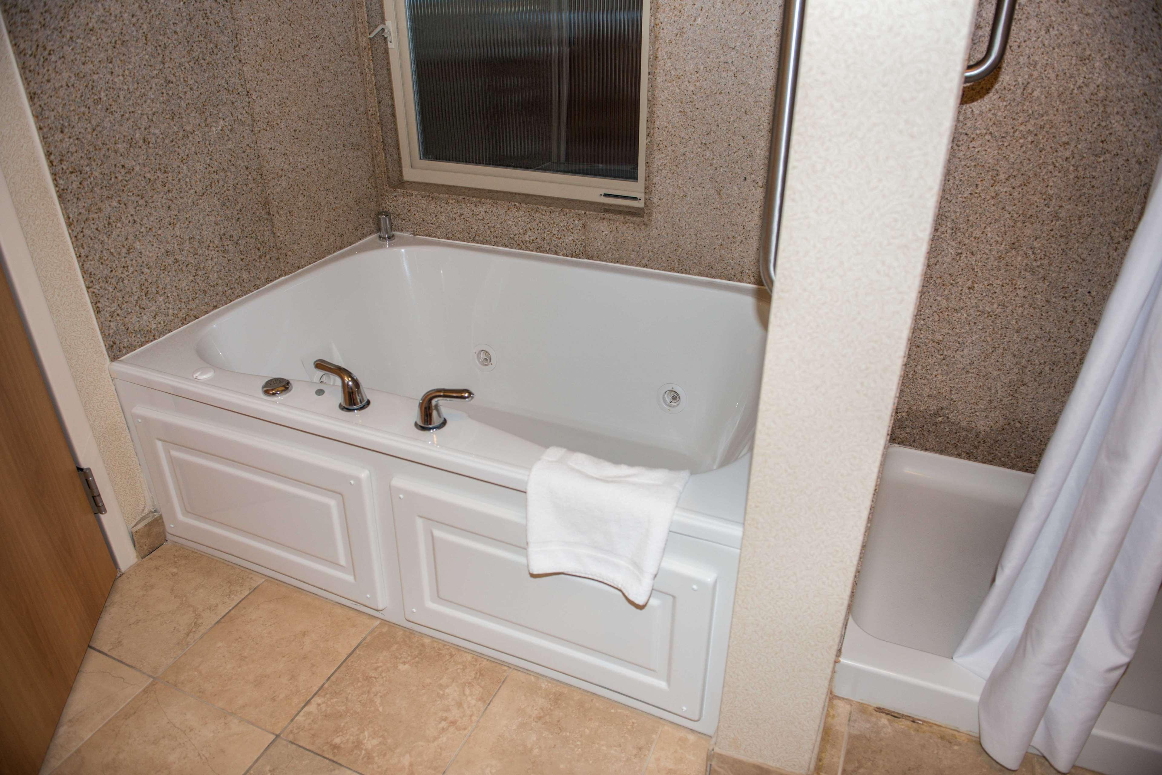 Hampton Inn & Suites Bremerton image 40