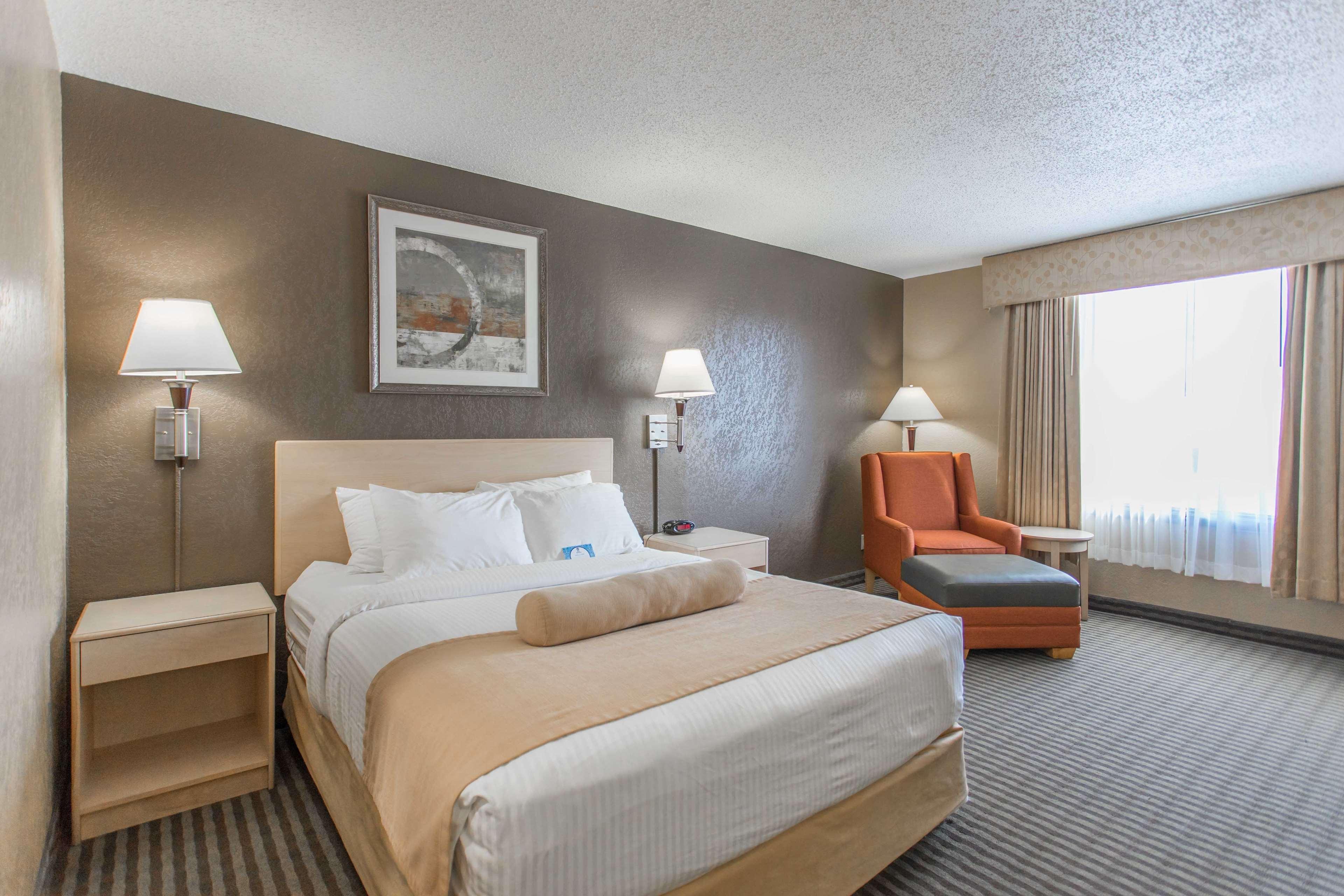 SureStay Plus Hotel by Best Western Seven Oaks in Regina: Queen Bed Guest Room