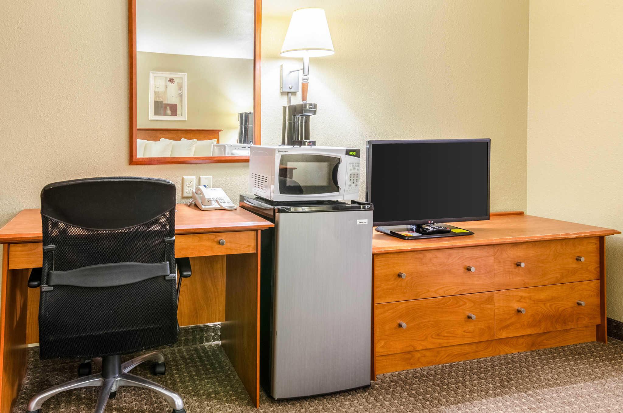 Econo Lodge  Inn & Suites I-35 at Shawnee Mission image 24