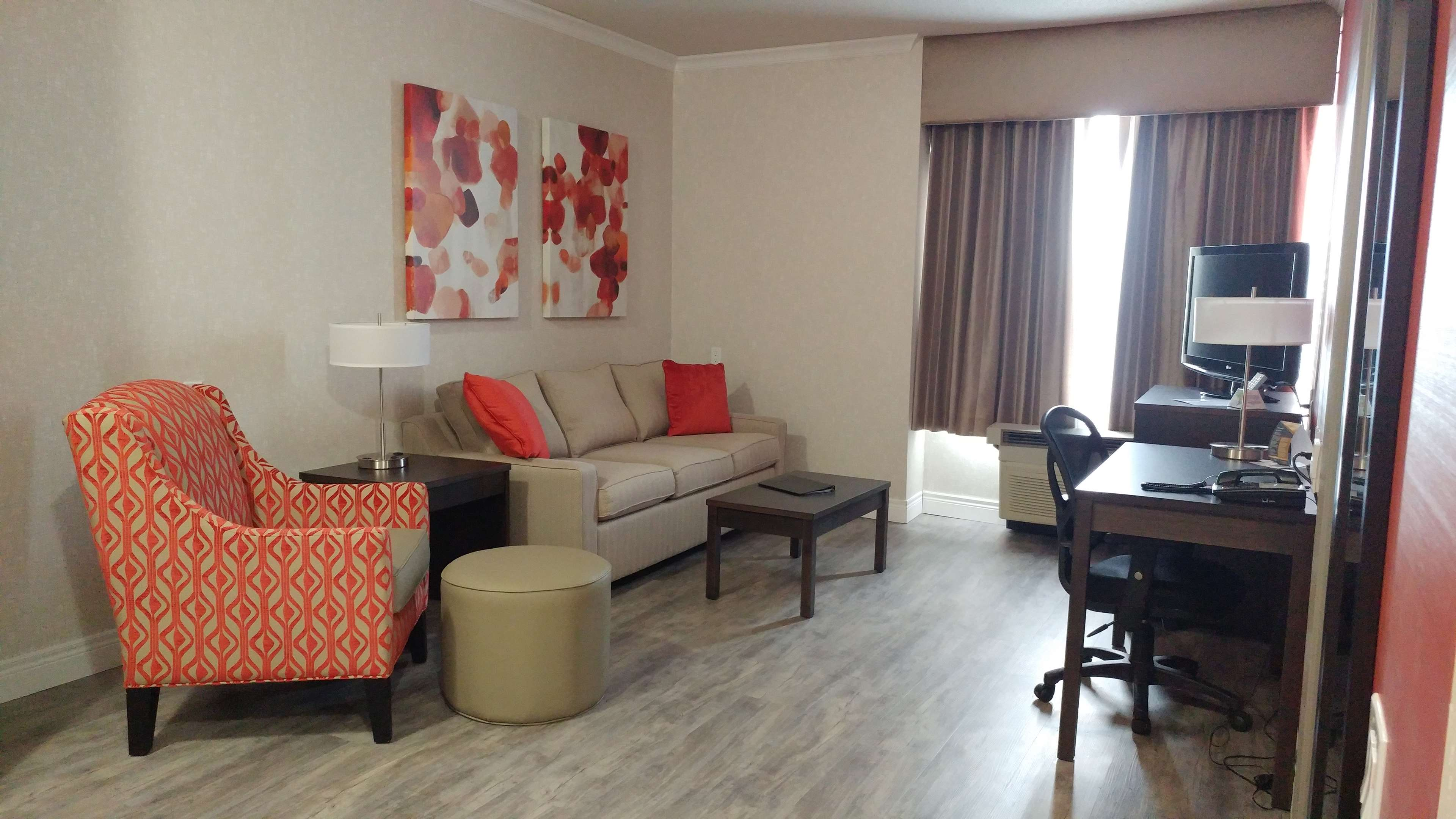 Best Western Plus Rose City Suites in Welland: Living room of the accessible suite