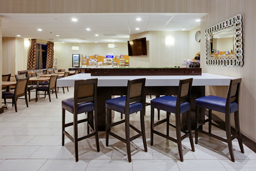Holiday Inn Express & Suites Laurel image 1
