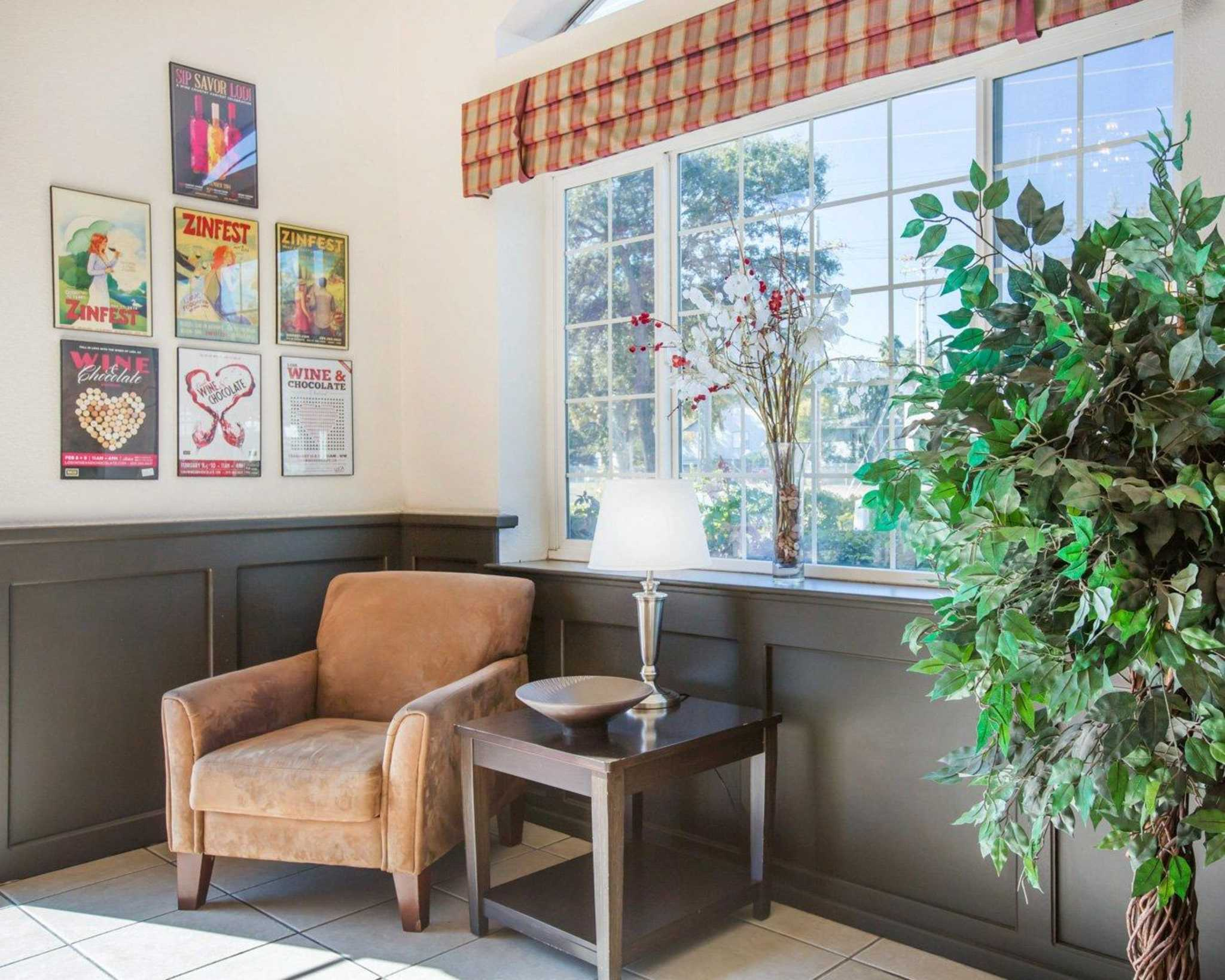 Econo Lodge Inn & Suites Lodi image 7