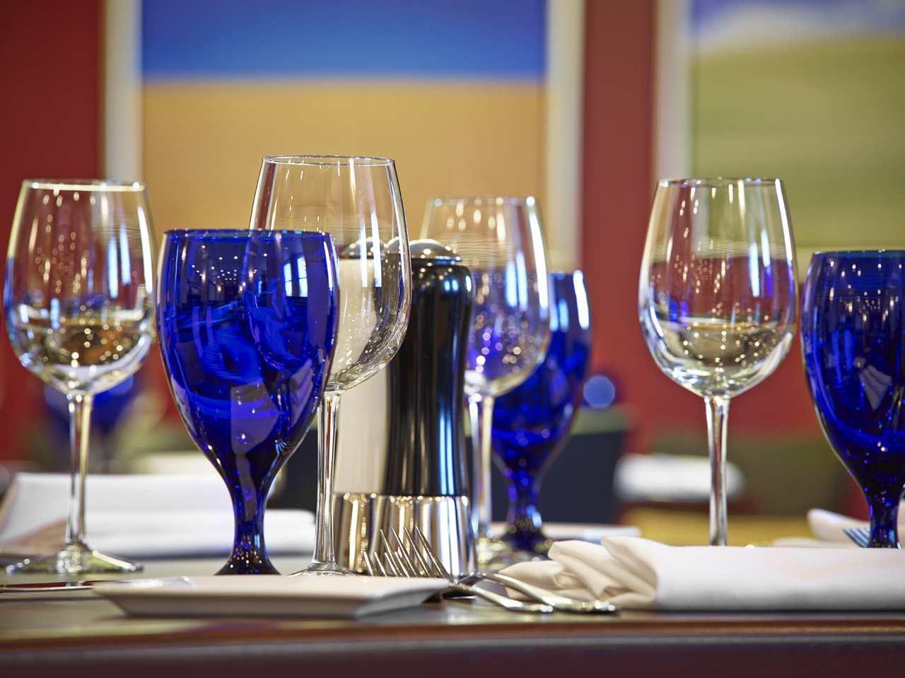 DoubleTree by Hilton Hotel West Edmonton in Edmonton: Stages Bar Wine Glasses