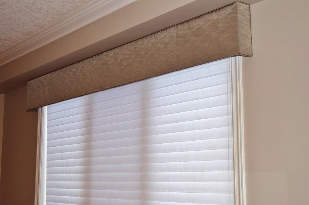 Budget Blinds à Waterloo: A great way to introduce some fabric to a space without have to add a full set of drapery panels is to use an upholstered cornice. Shown here in the popular Straight style. We were able to unify an open space by doing this cornice in the same fabric that was done in  another set of drapes.