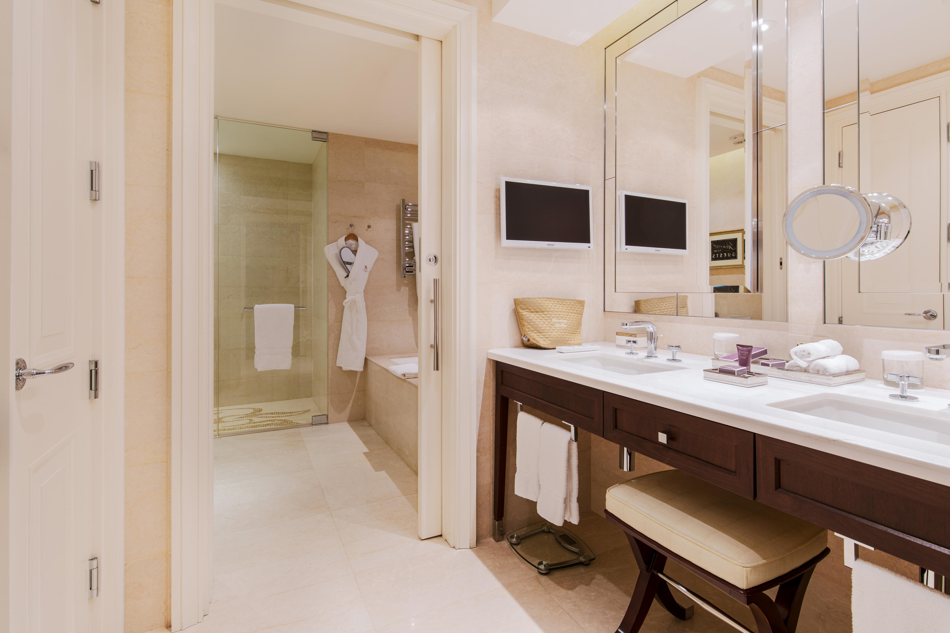 The Ritz-Carlton, Montreal à Montreal: Marble bathroom     Heated floors     Oversized soaking tubs     Rainforest shower heads and separate bath     Toto toilet with heated seat