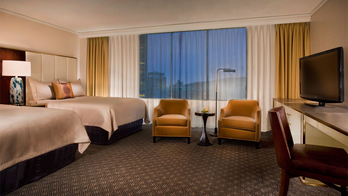 Hotel Omni Mont-Royal à Montreal: Luxuriously appointed deluxe room with windows over looking gorgeous city views.
