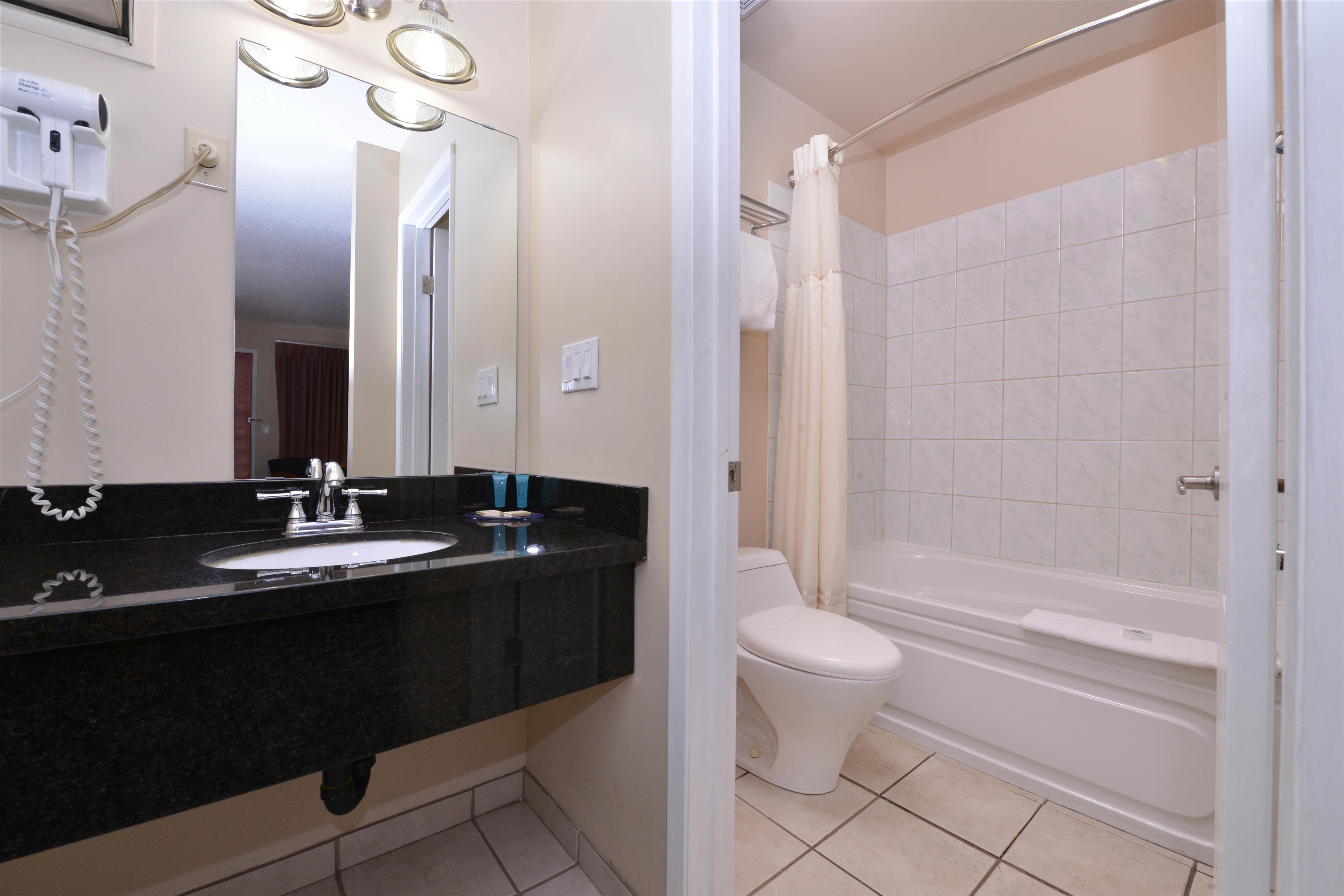 Canadas Best Value Inn & Suites in Vernon: Guest Bathroom