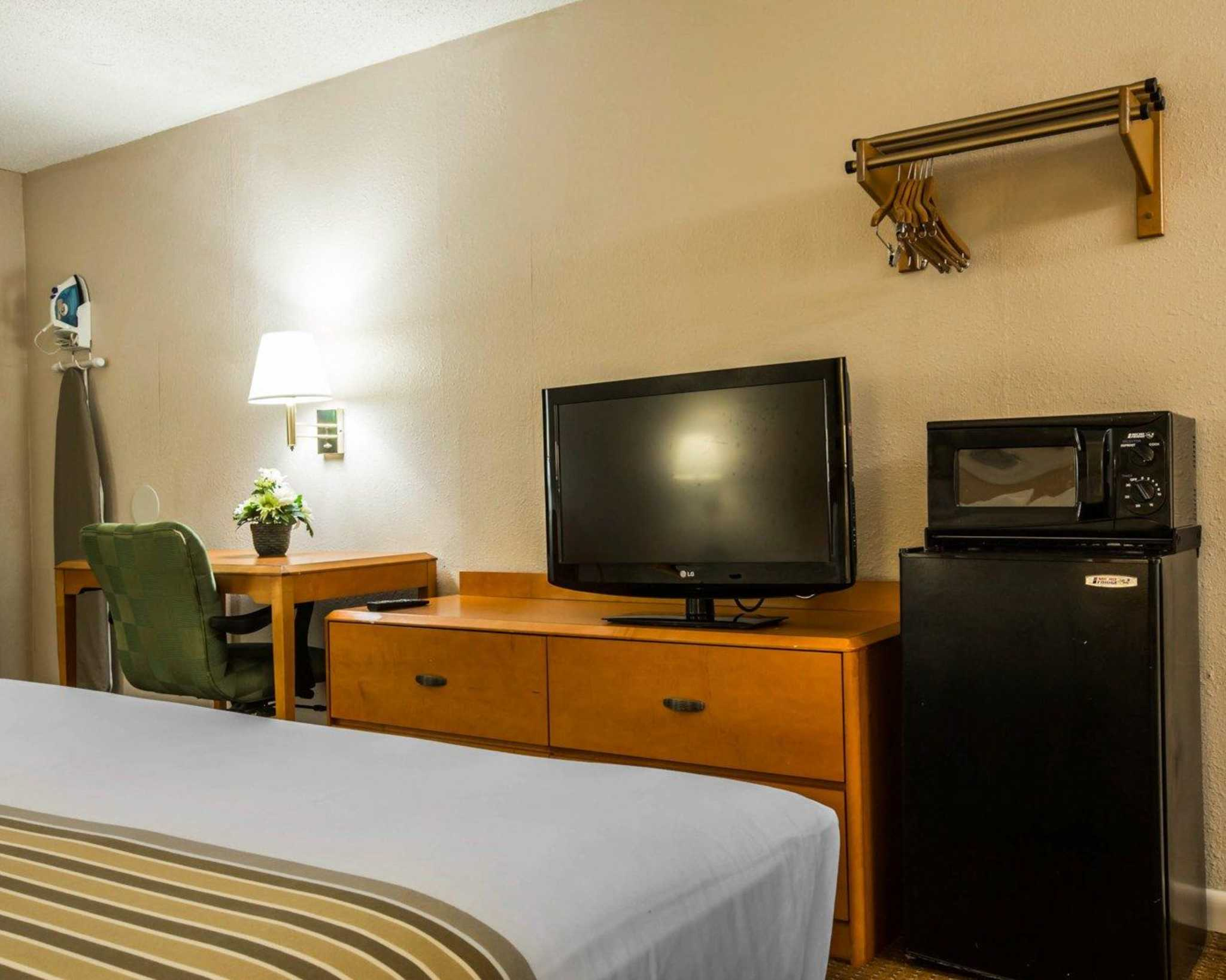 Econo Lodge Inn & Suites at Fort Benning image 7