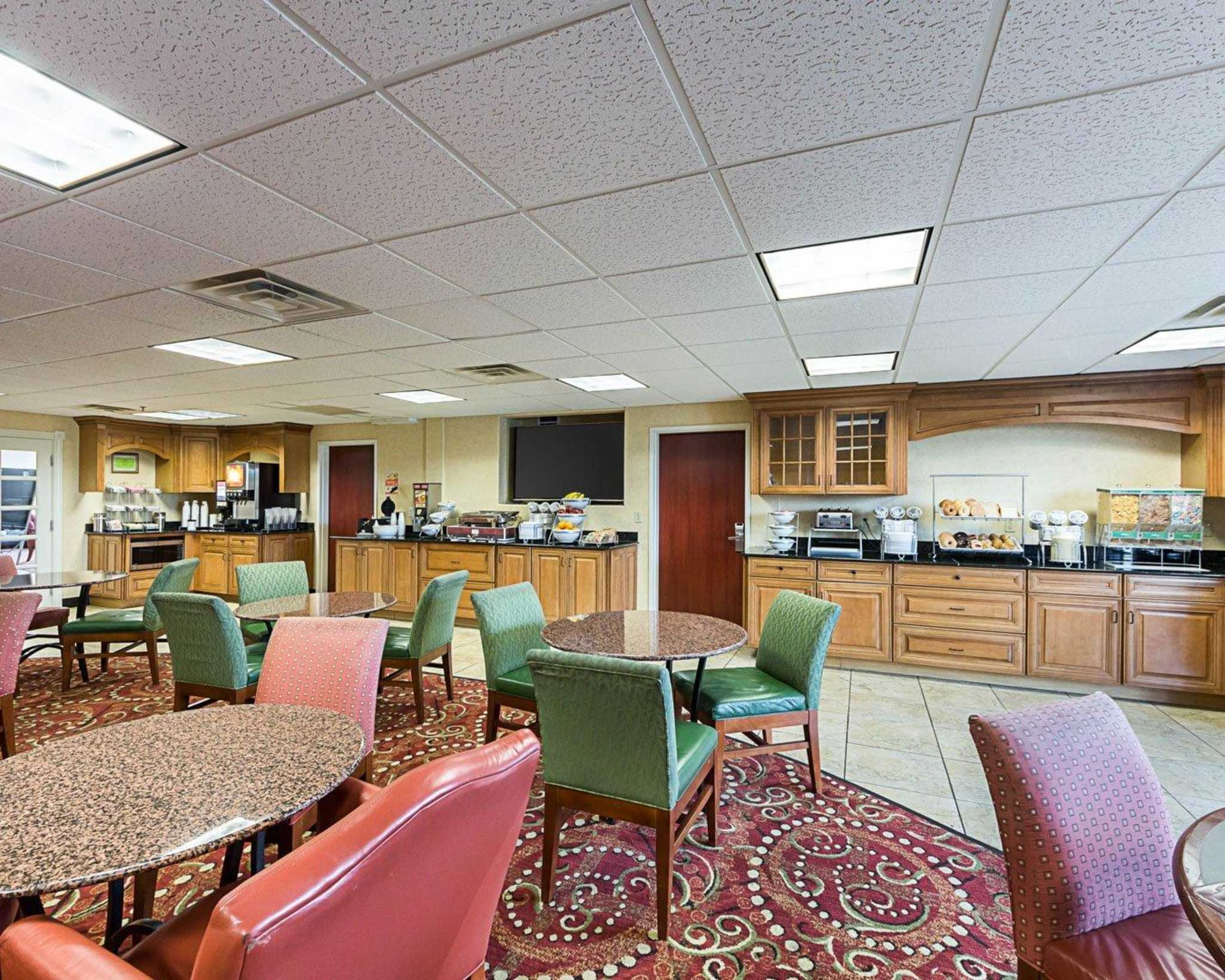 Comfort Suites Airport image 17