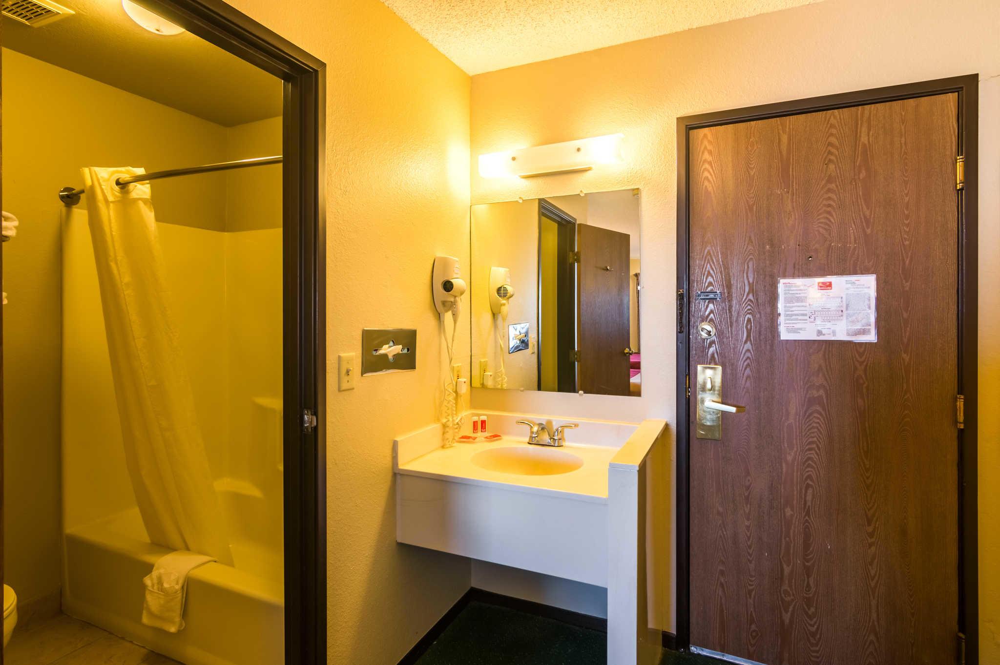 Econo Lodge image 9