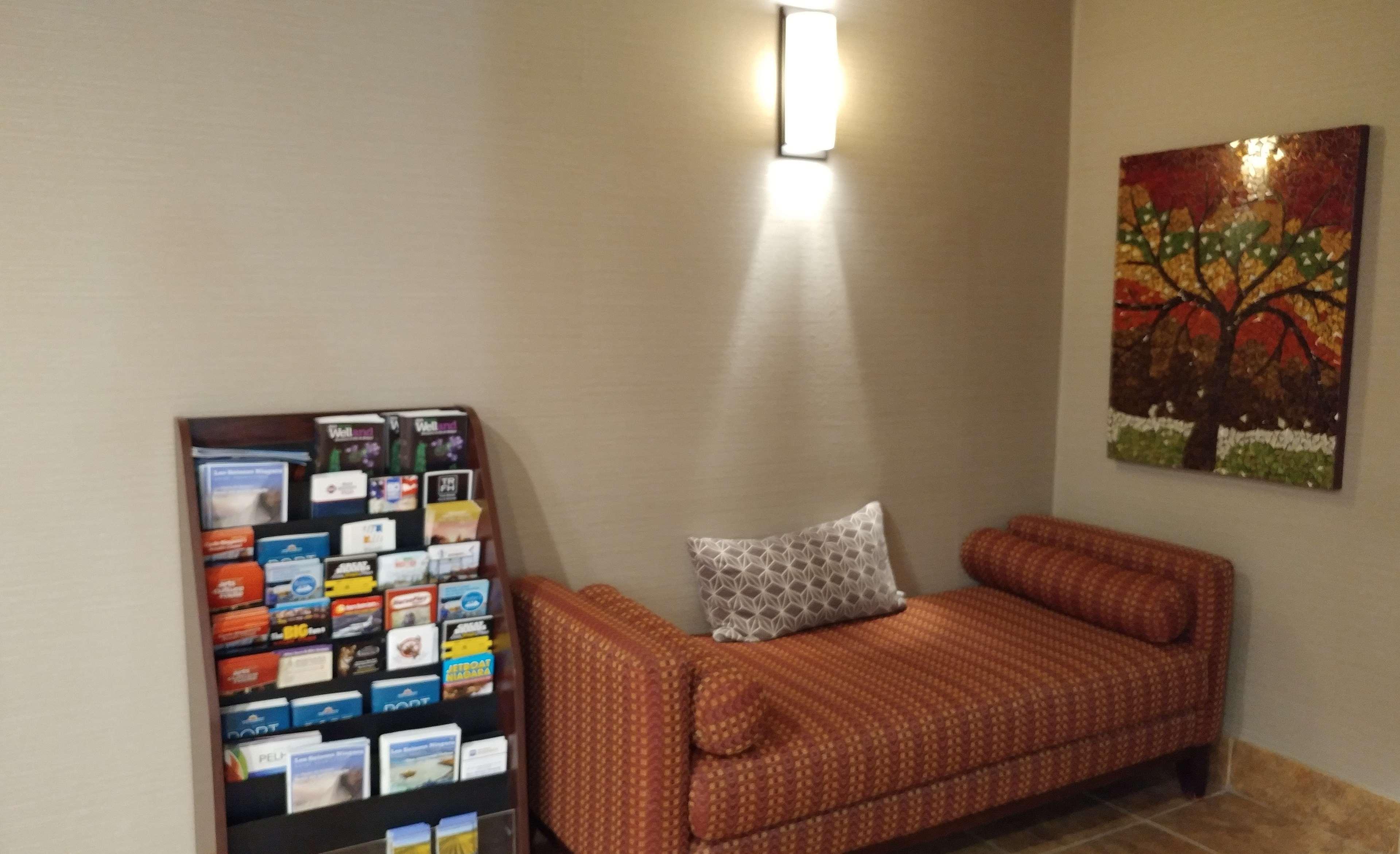 Best Western Plus Rose City Suites in Welland: Brochure Sitting Area