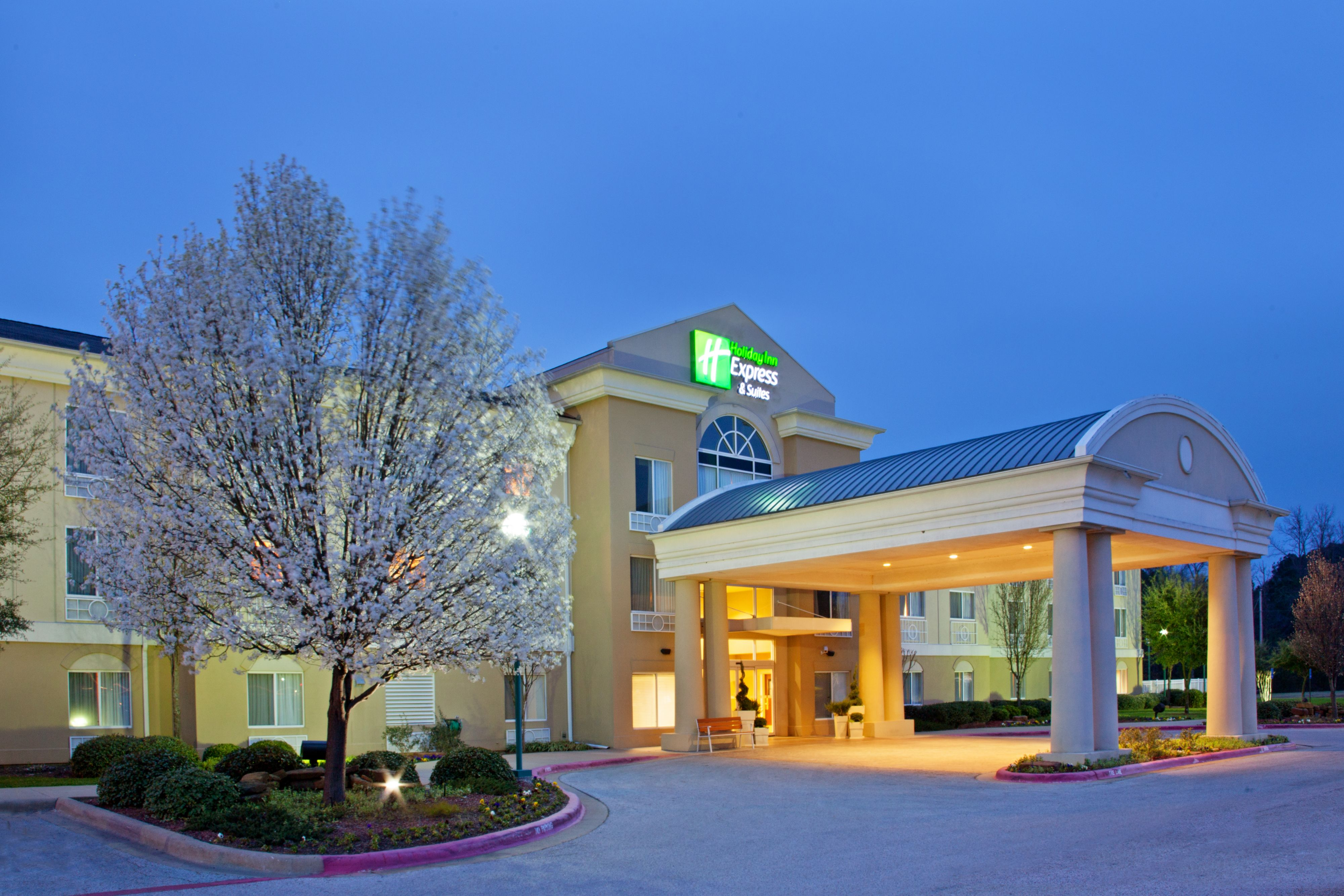 Holiday Inn Express & Suites Long Island-East End image 5