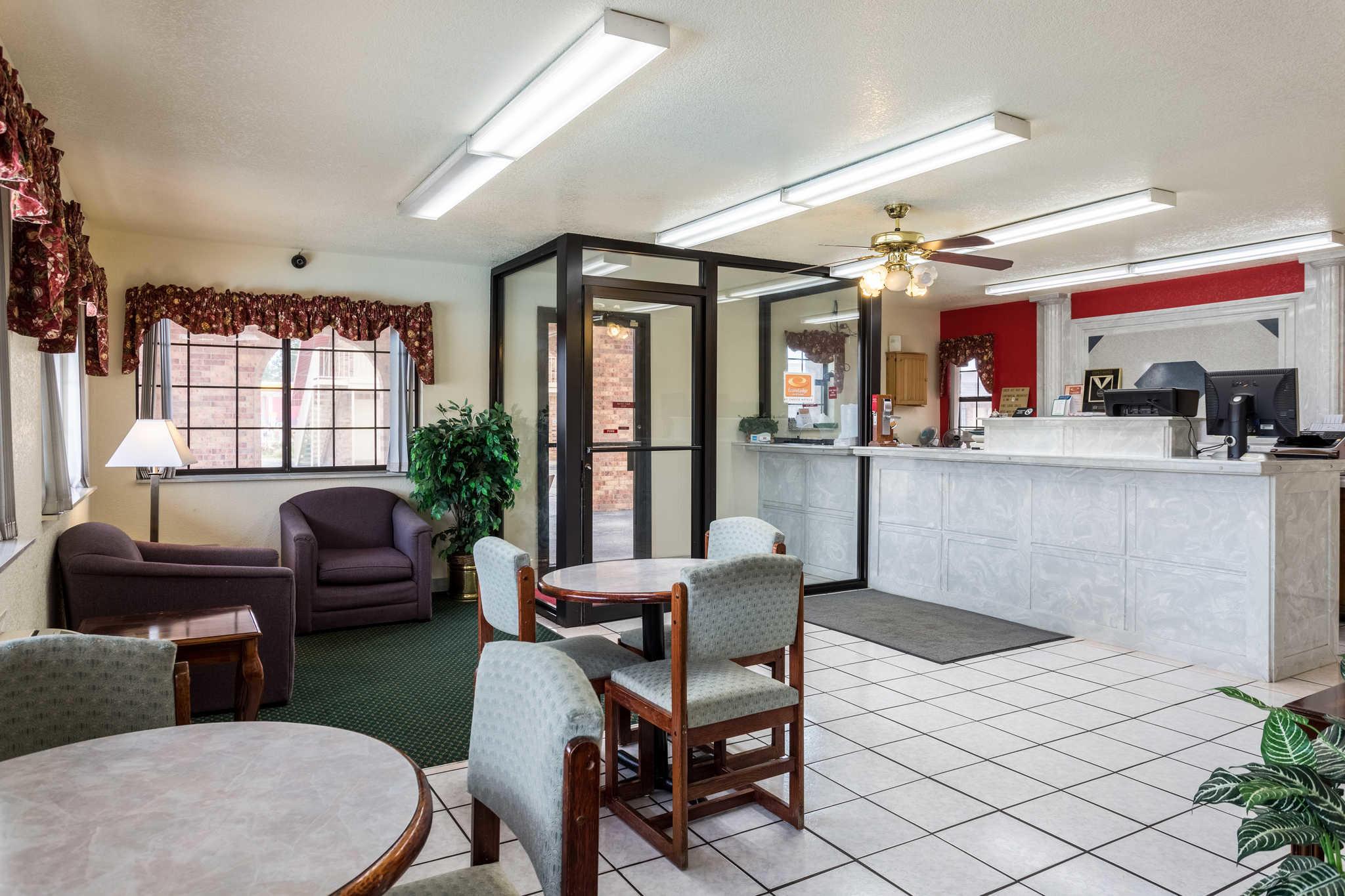Econo Lodge & Suites image 8