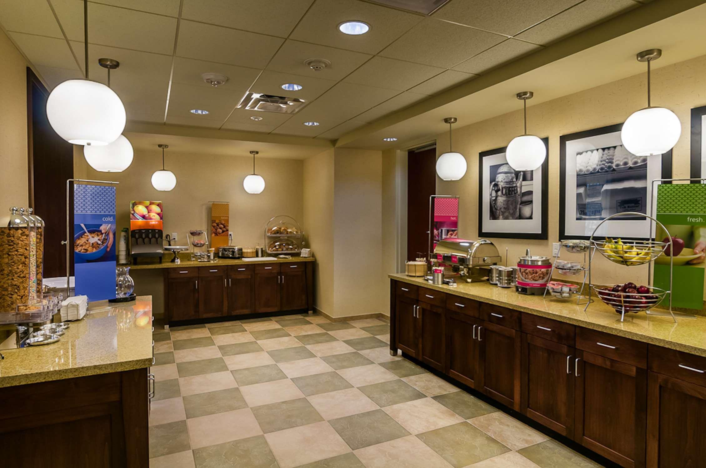 Hampton Inn & Suites Salem image 3