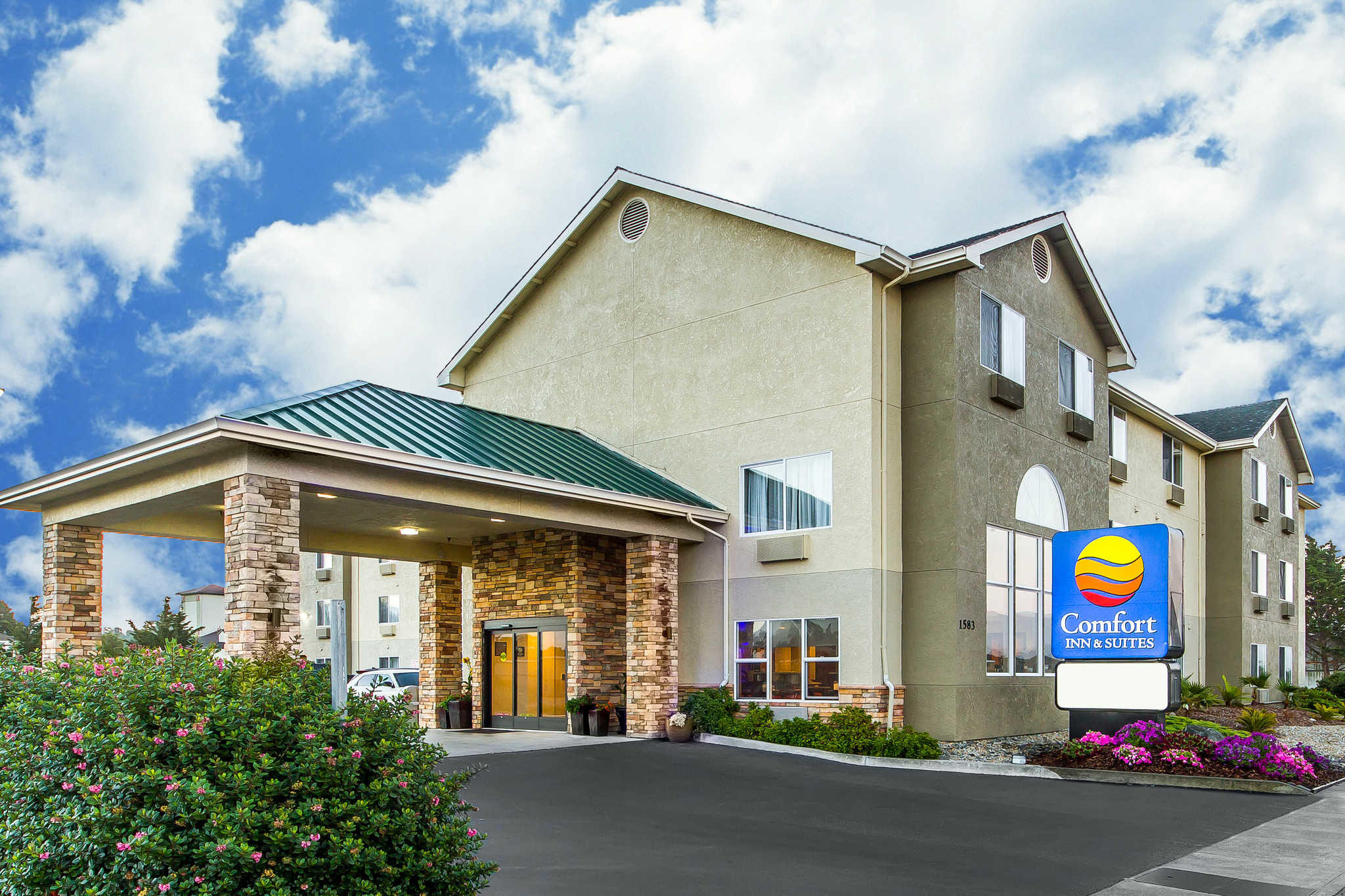 Comfort Inn & Suites Redwood Country image 0