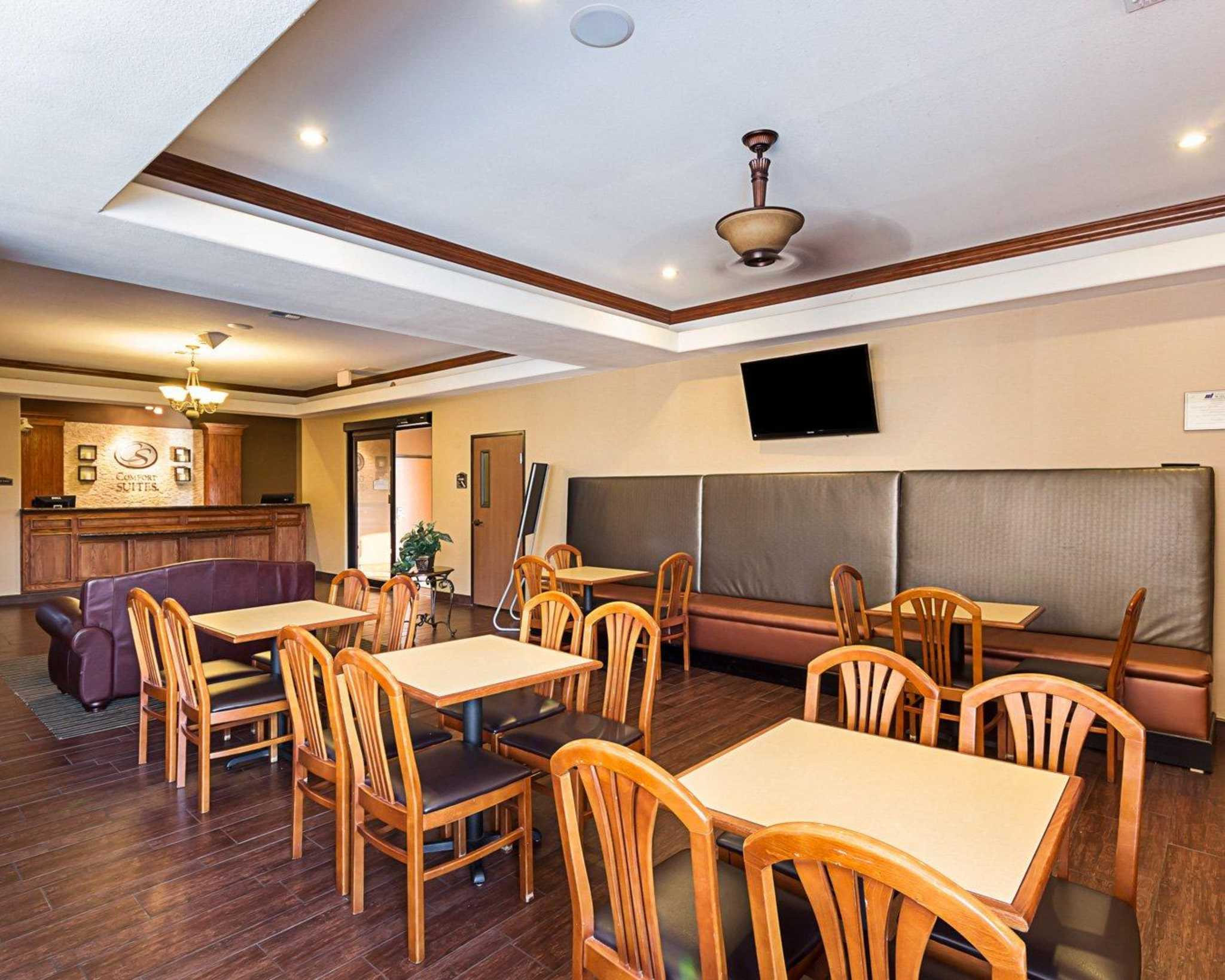 Comfort Suites At Plaza Mall image 9