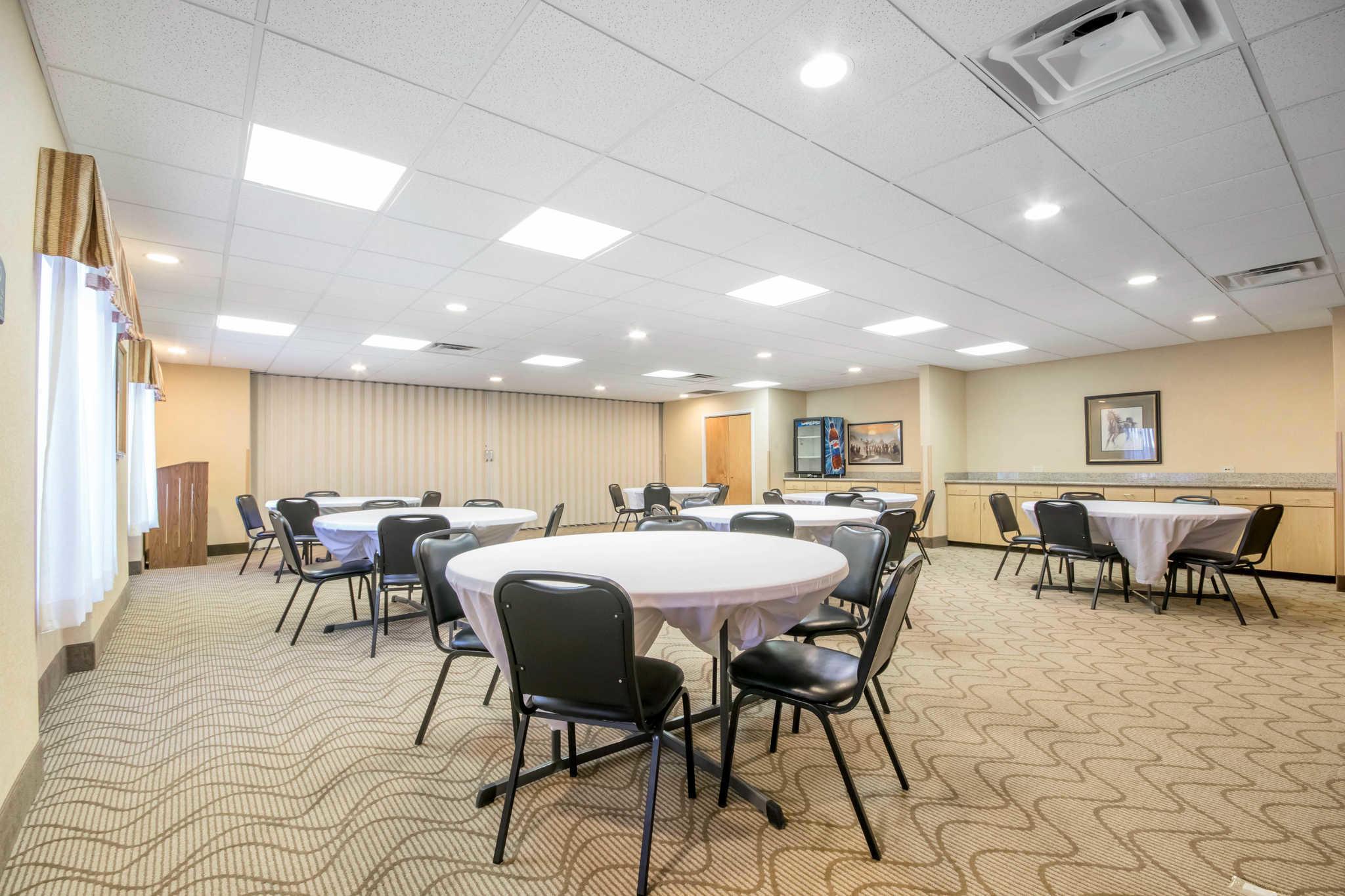 Comfort Suites Airport image 34