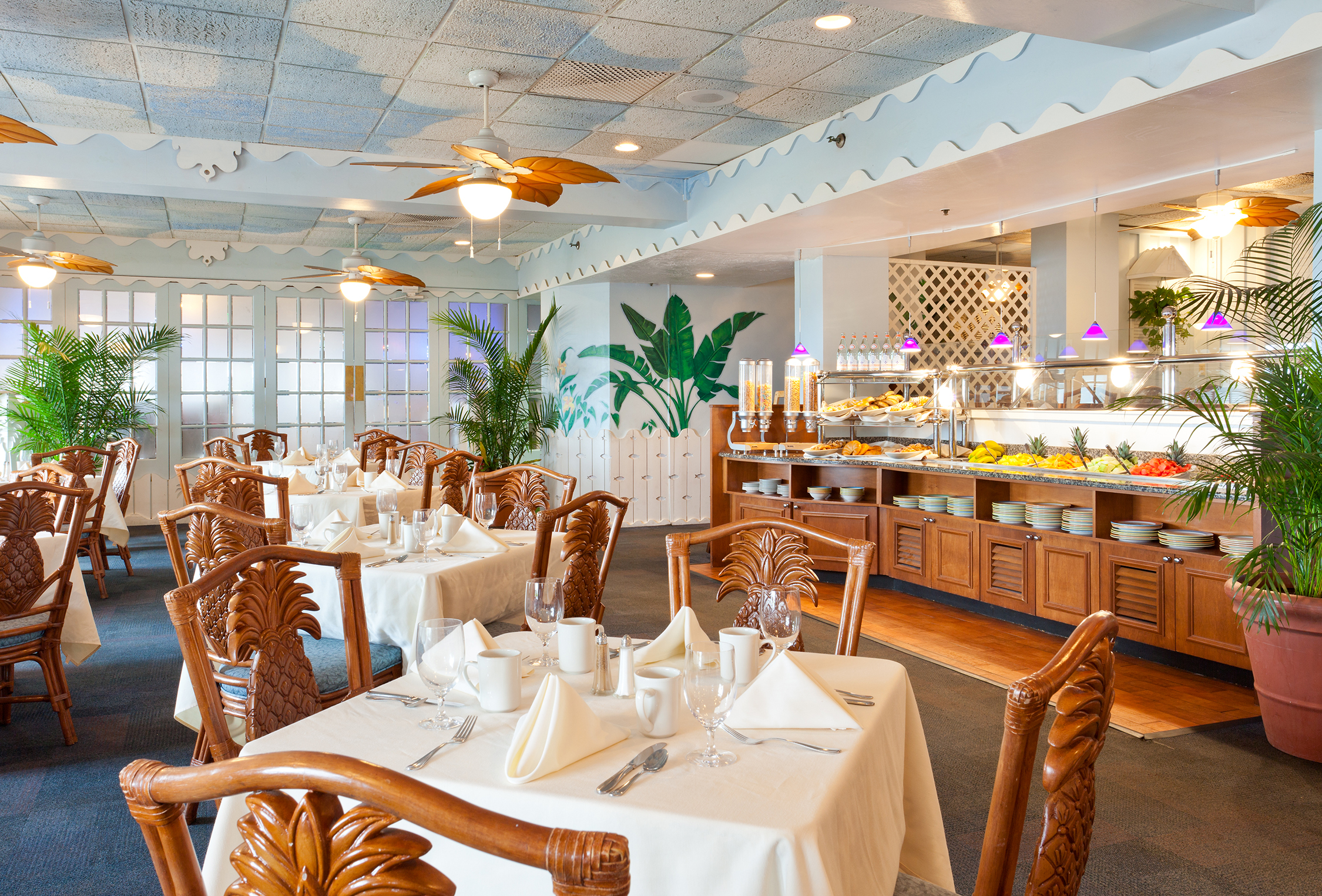 Breakfast, lunch and dinner are served at Bermudas Steak & Seafood located on site.