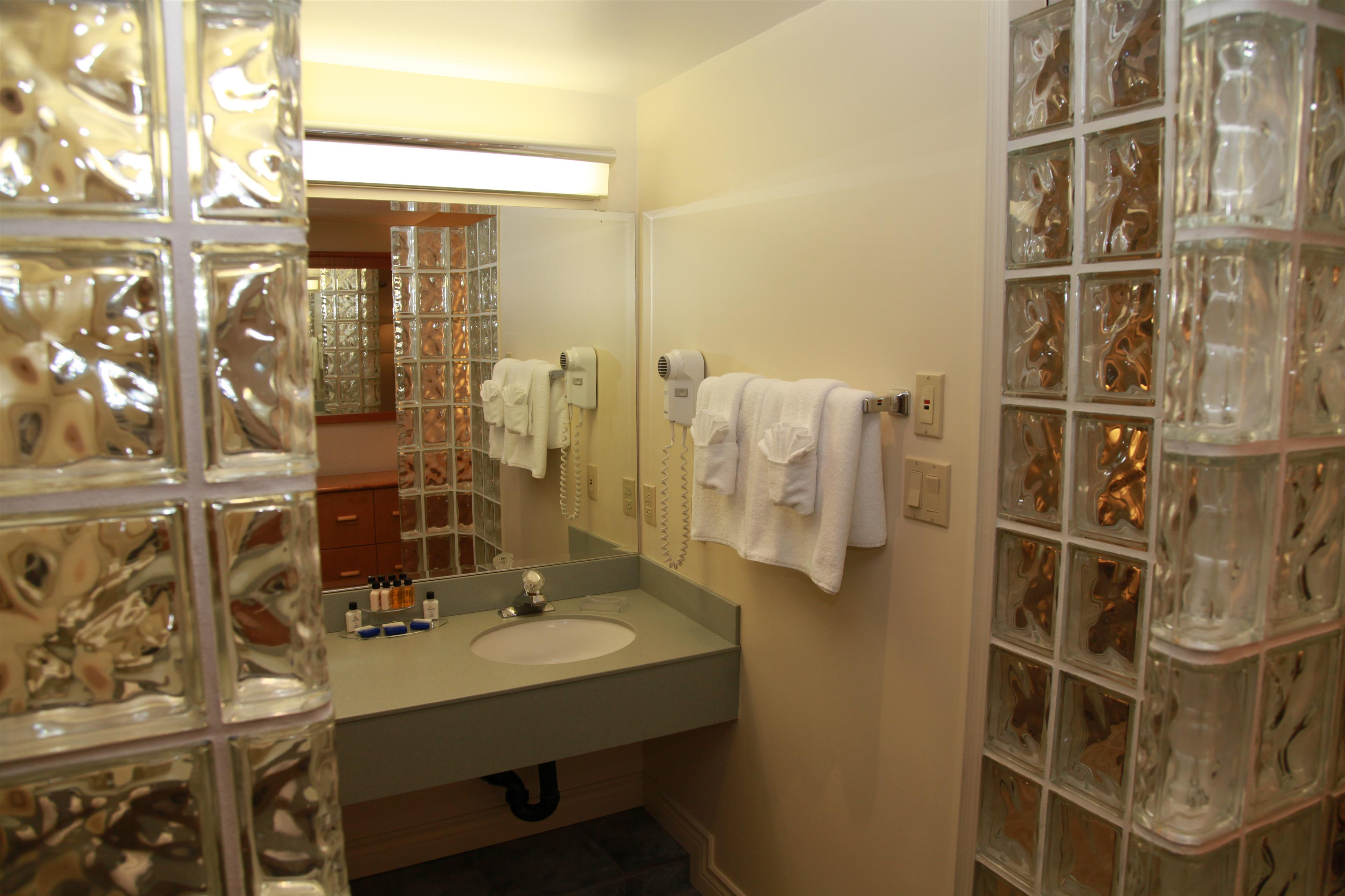 Best Western Plus Barclay Hotel in Port Alberni: Fully Equipped Honeymoon Suite Bathroom