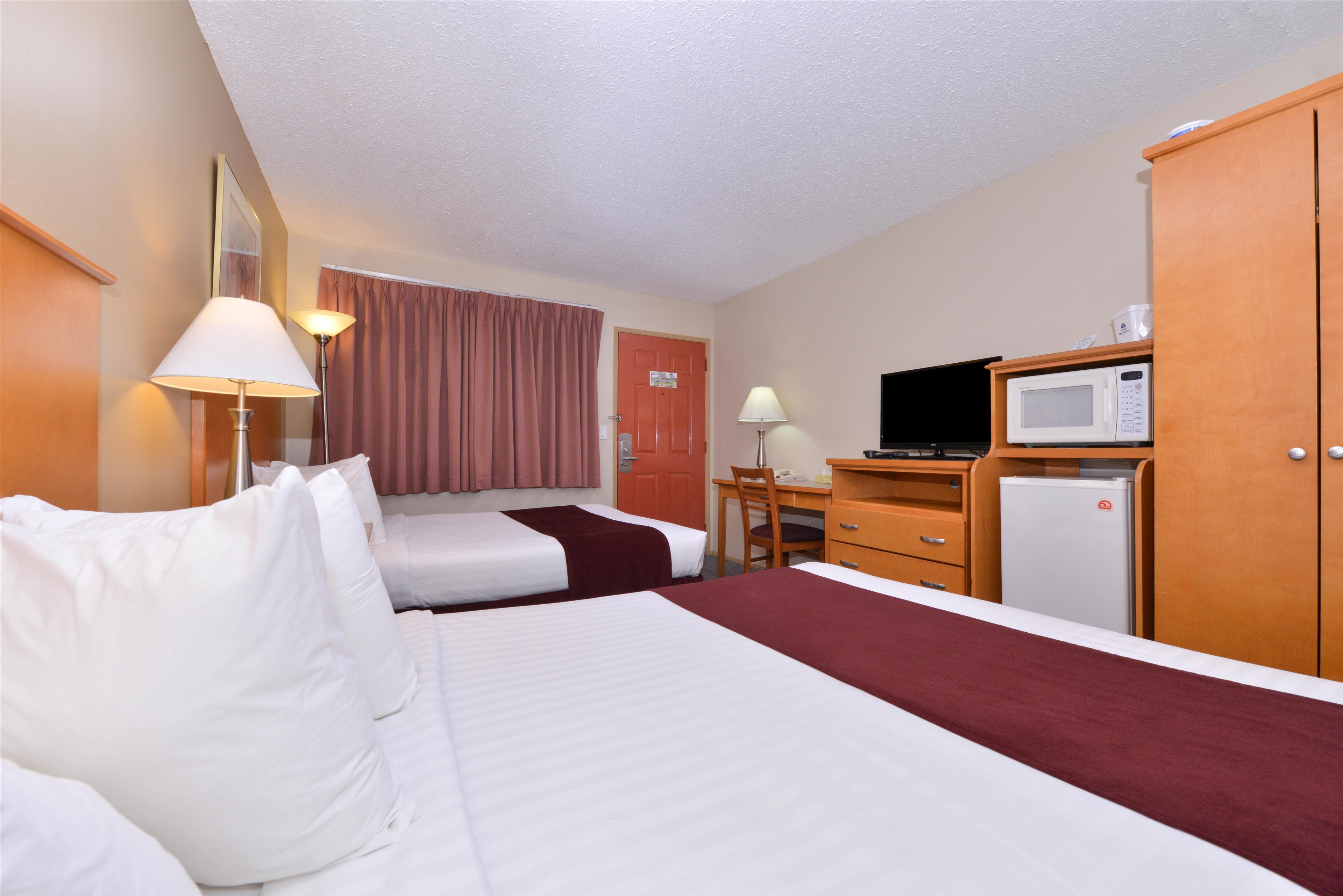 Canadas Best Value Inn & Suites in Vernon: Two Queen Beds