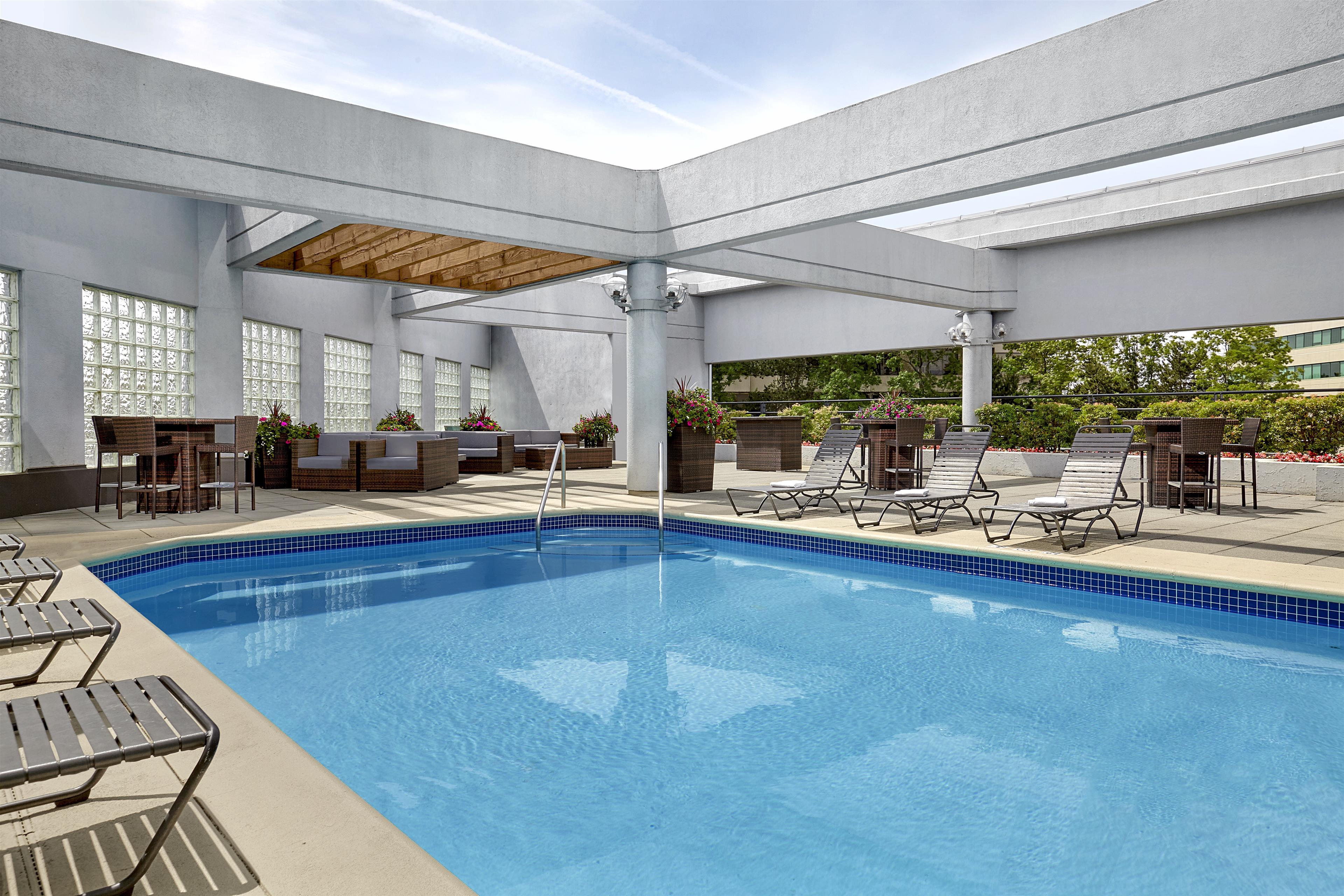 Sheraton Vancouver Guildford Hotel in Surrey: Outdoor Pool