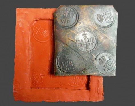 Acta Konserveringscentrum arbetar med konservering och kopietillverkning. Konservering av mynt.