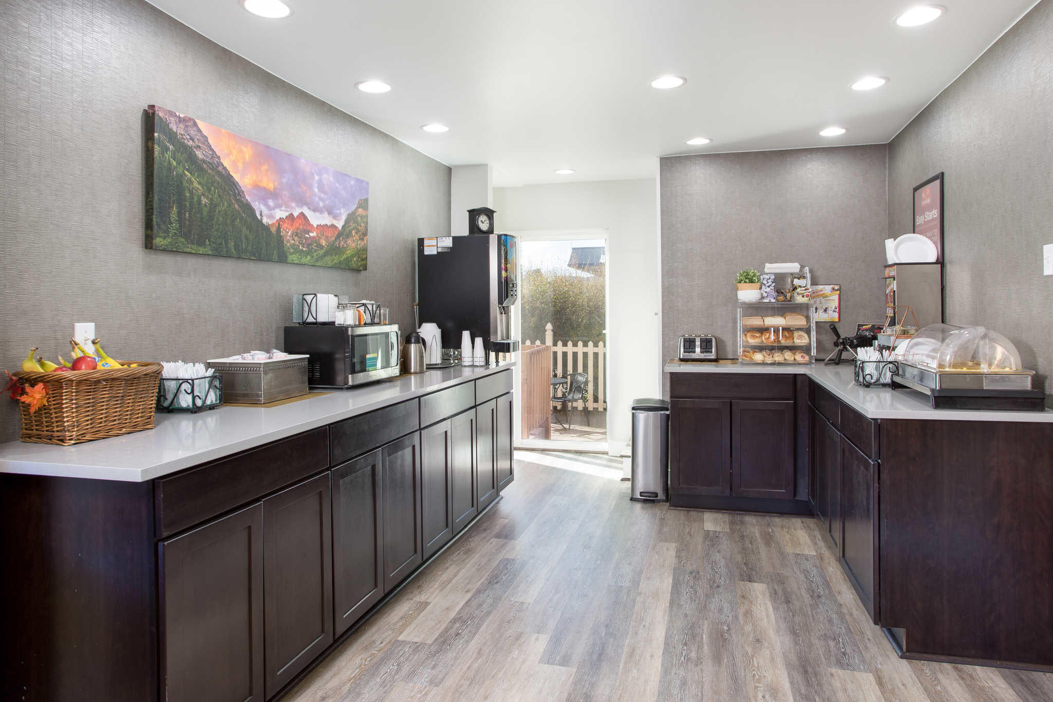 Econo Lodge  Inn & Suites image 28
