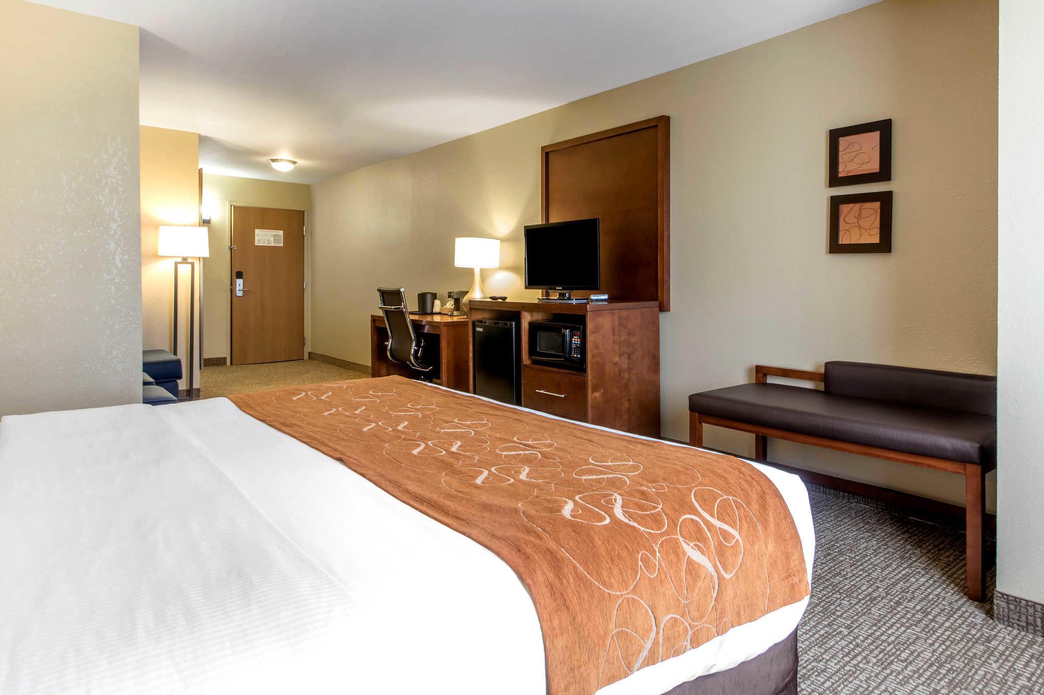 Comfort Suites Johnson Creek Conference Center image 8