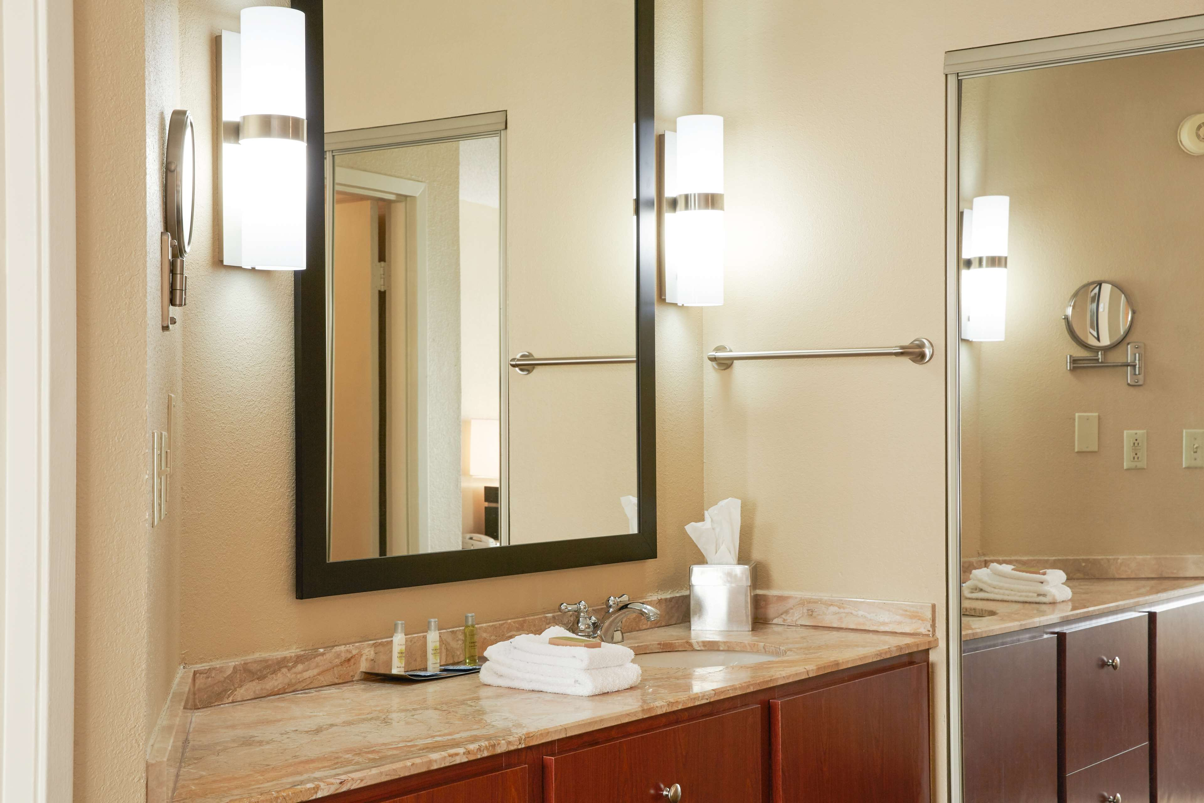 DoubleTree Suites by Hilton Hotel Cincinnati - Blue Ash image 13