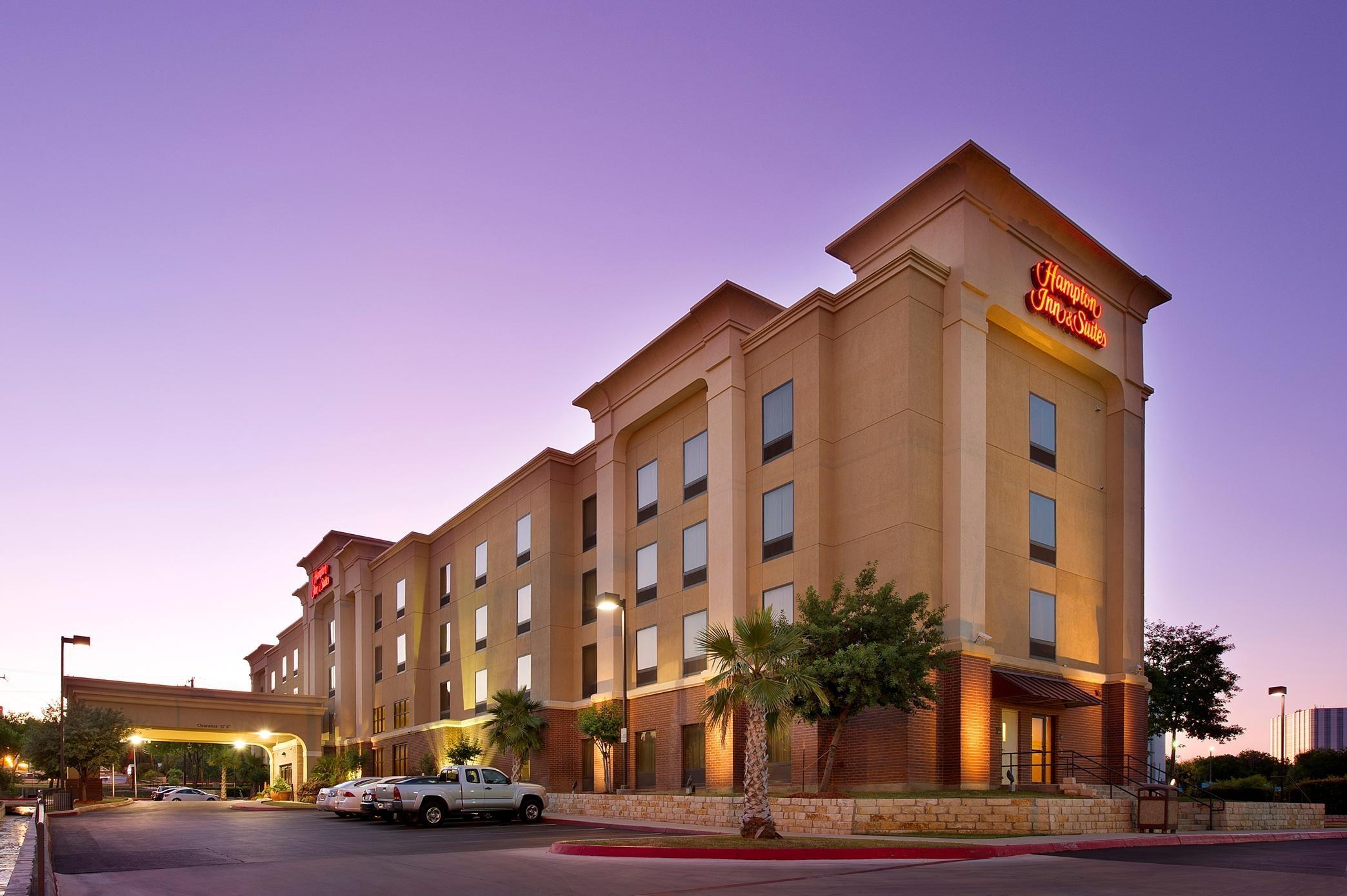 Hampton Inn & Suites San Antonio-Airport image 1