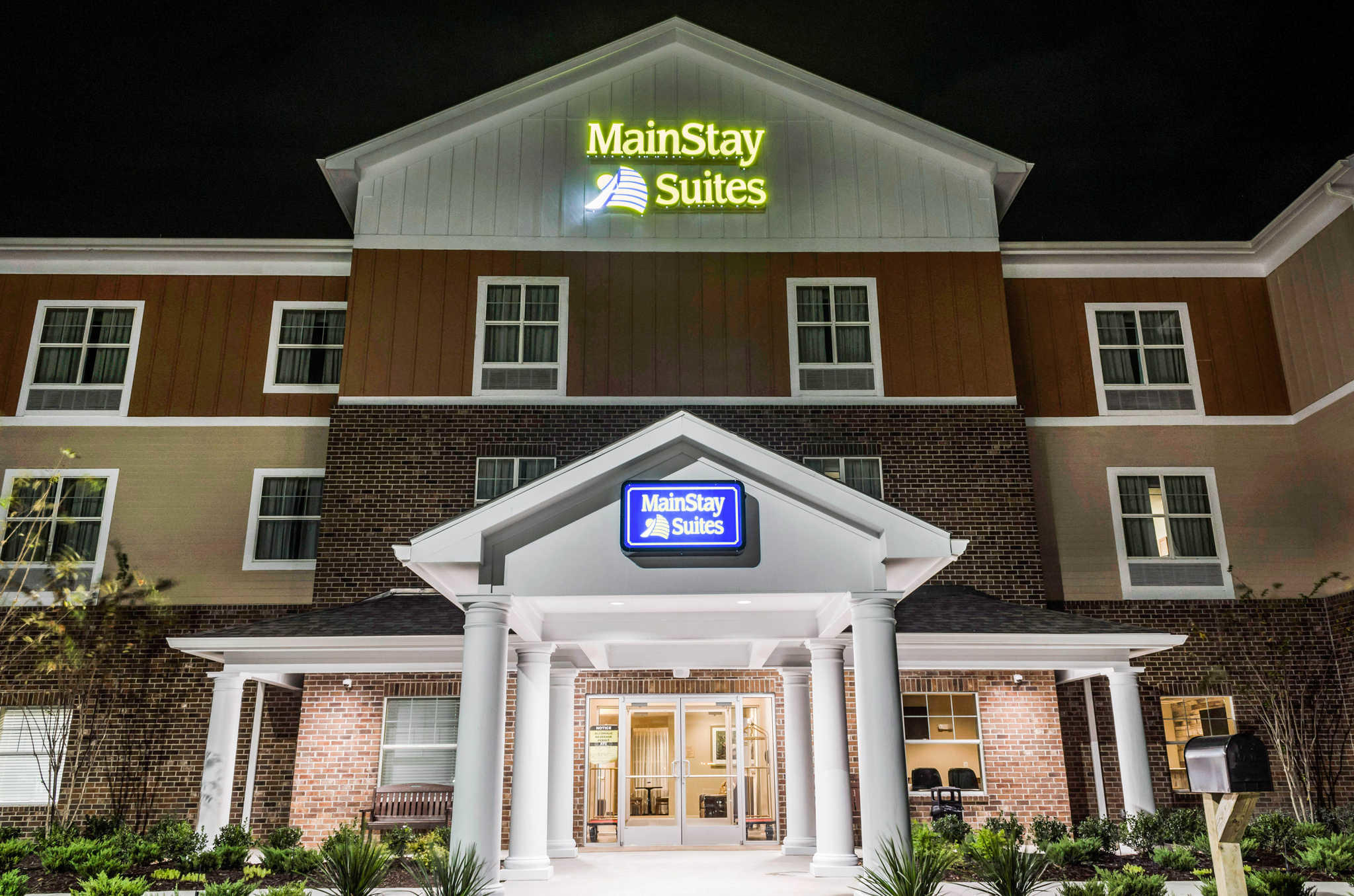MainStay Suites Hackberry Sportsman's Lodge image 5