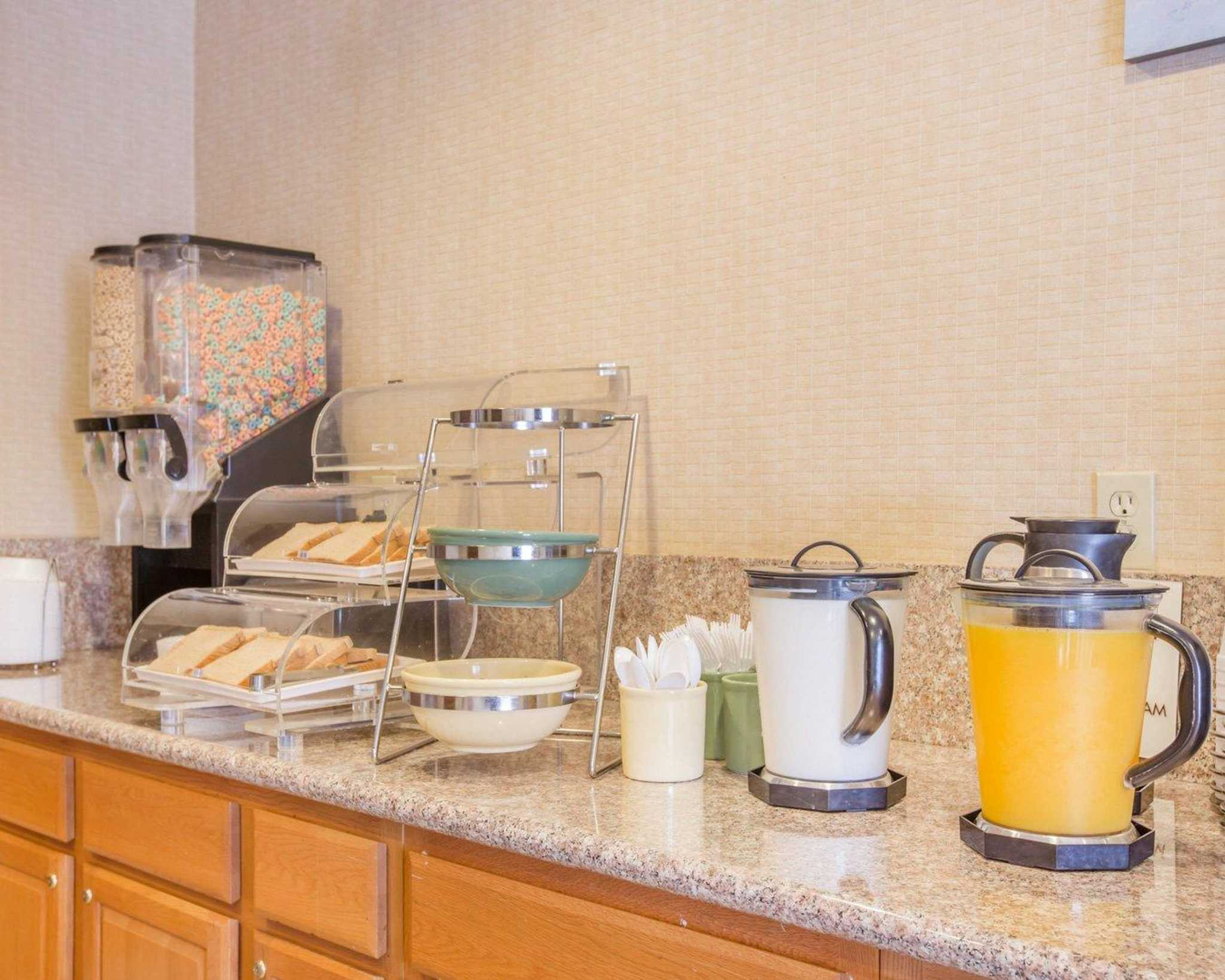 Econo Lodge Inn & Suites Lodi image 11