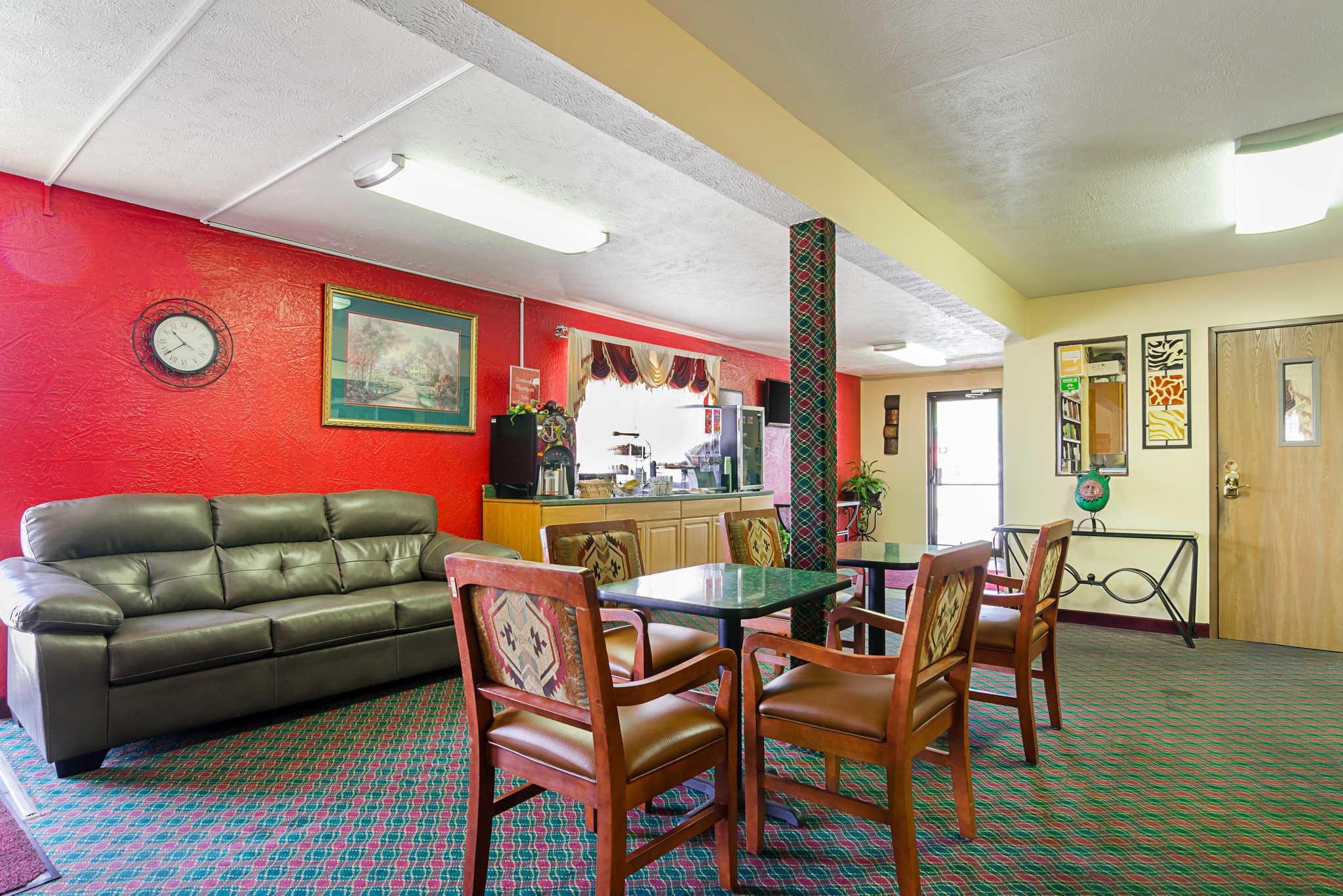 Econo Lodge Lansing - Leavenworth image 26
