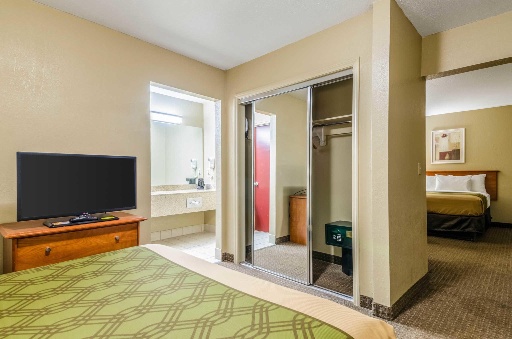 Econo Lodge  Inn & Suites I-35 at Shawnee Mission image 29