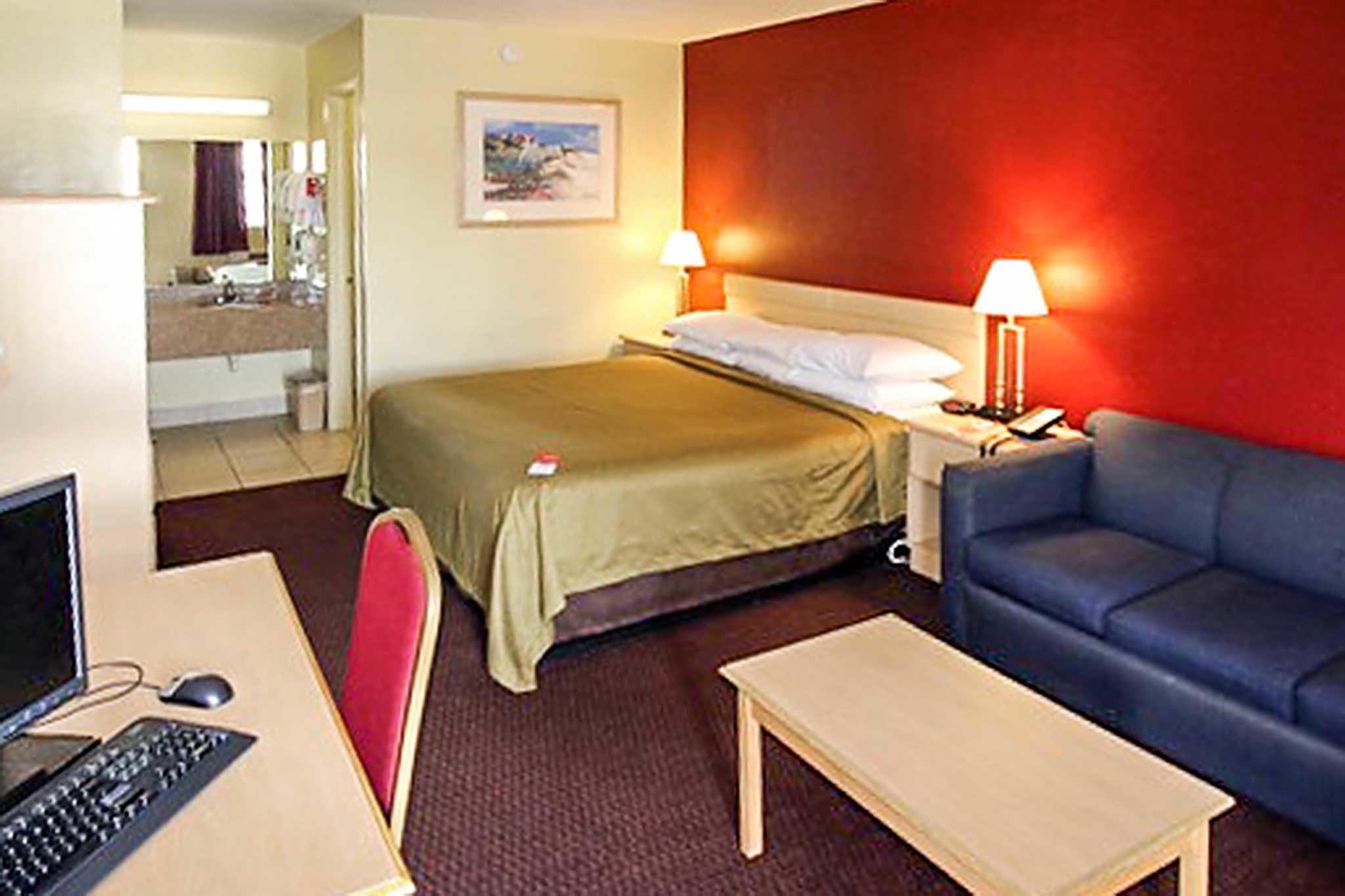 Econo Lodge  Inn & Suites Maingate Central image 5