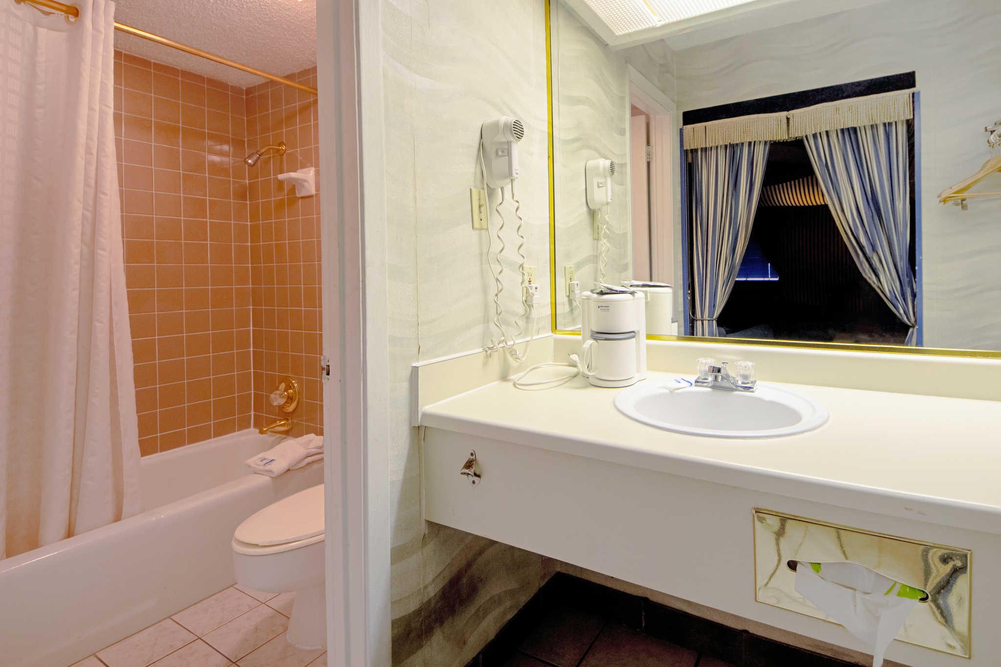 Rodeway Inn & Suites image 52